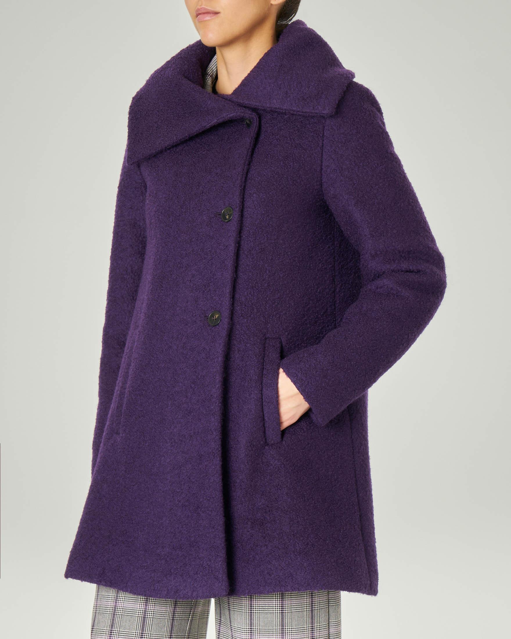 Cappotto viola in tessuto bouclé con ampio collo