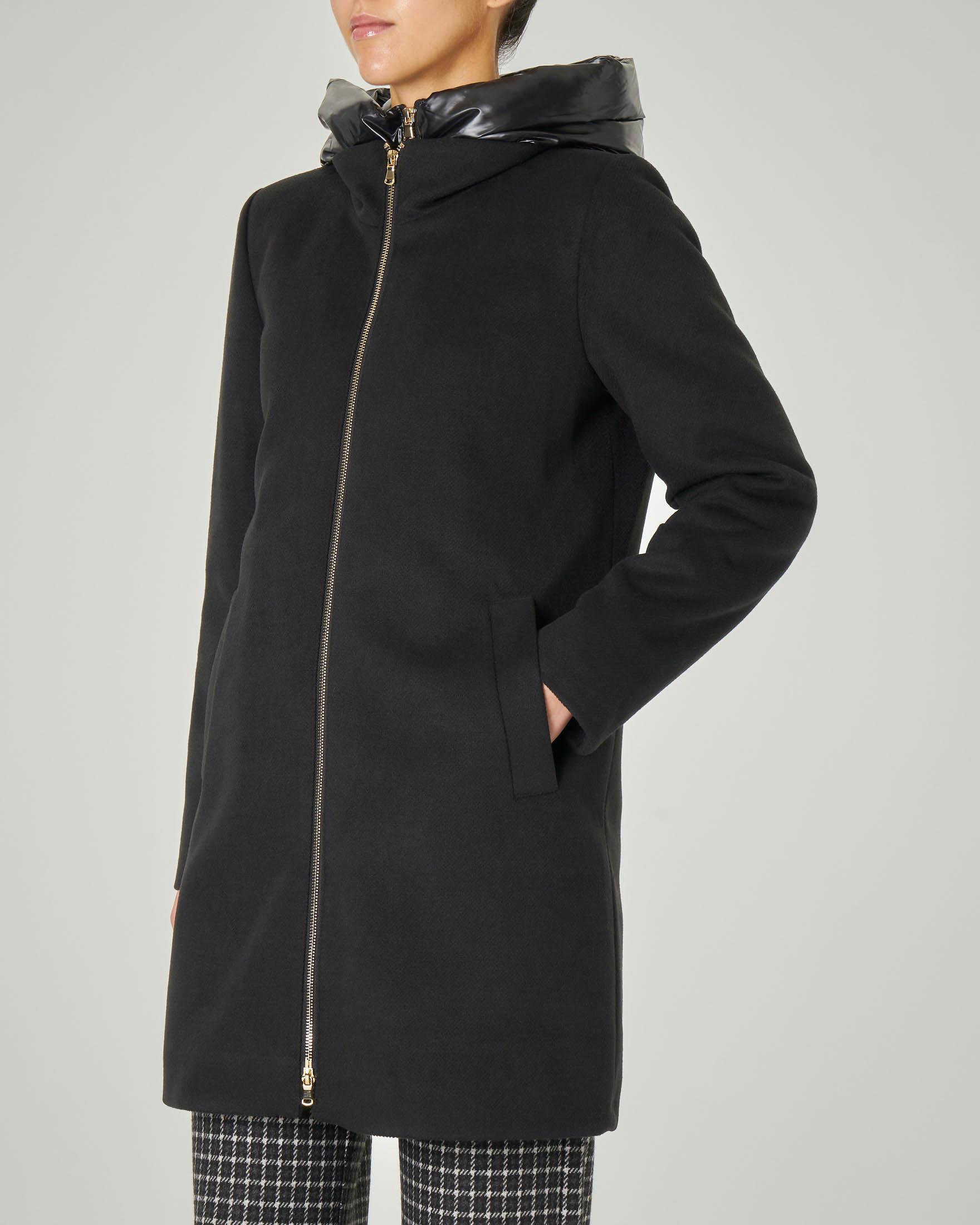 Cappotto nero in panno con pettorina removibile e cappuccio trapuntato