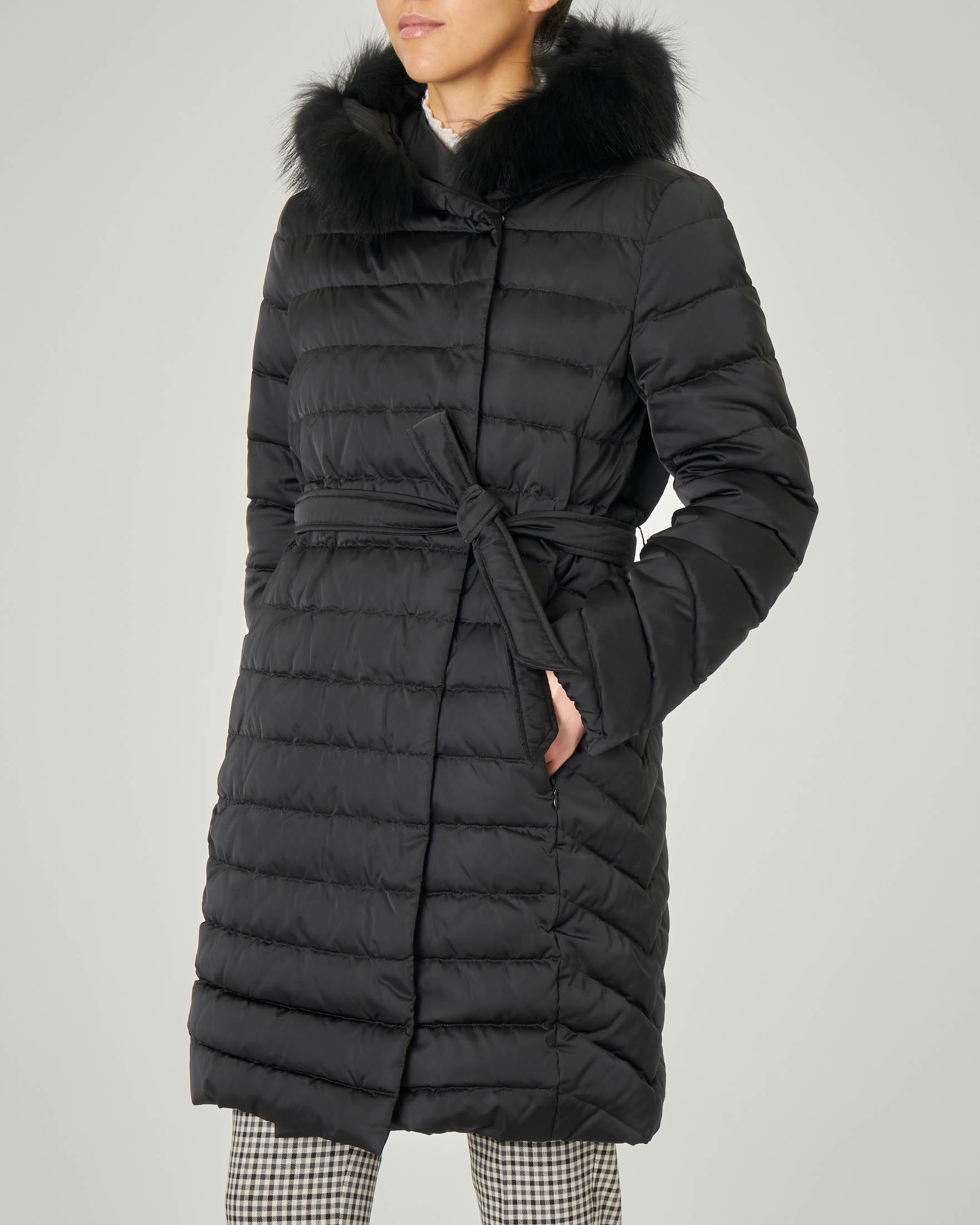 Piumino lungo nero doppiopetto in tessuto cangiante e cappuccio con bordatura in pelliccia removibile