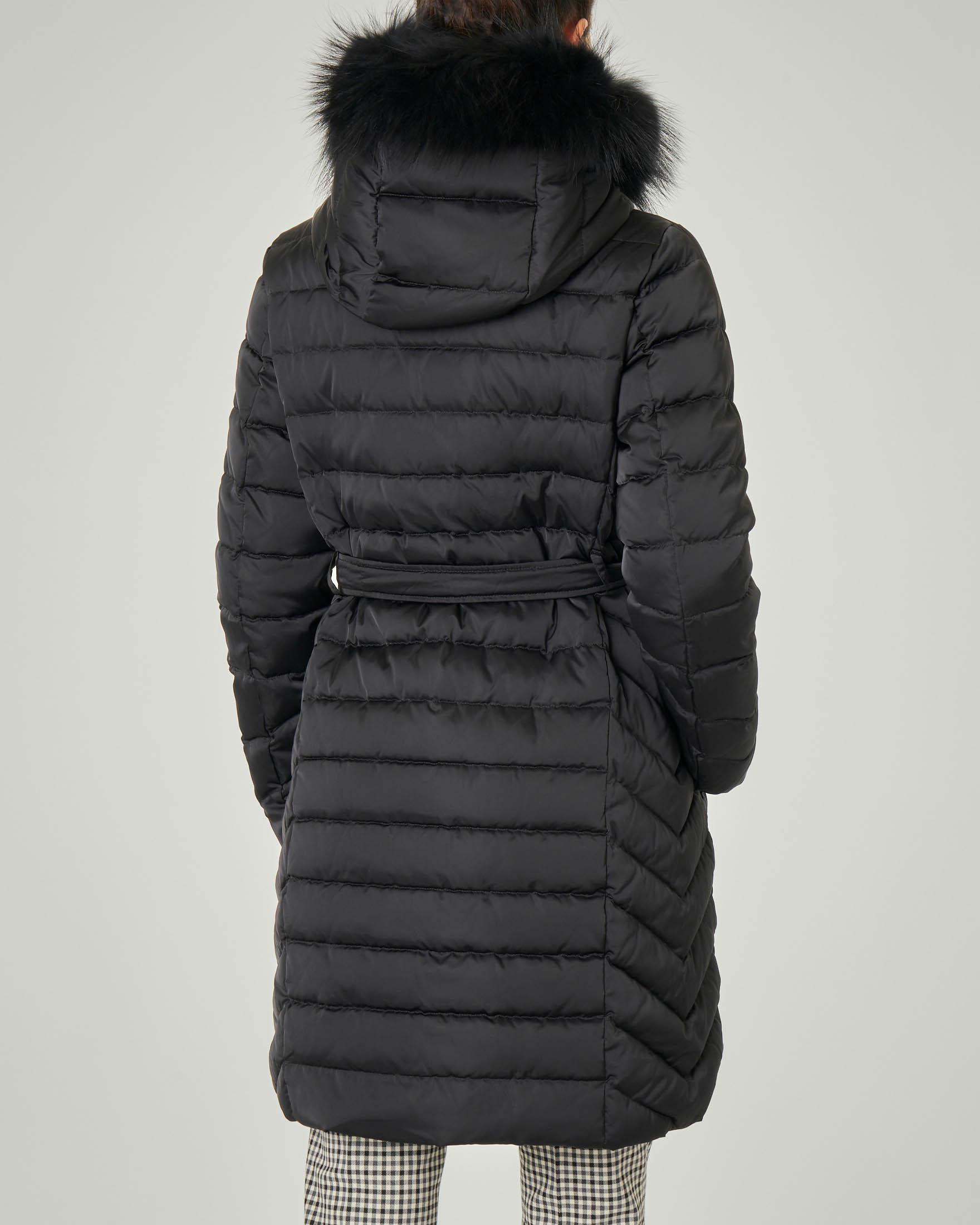 Piumino lungo nero doppiopetto in tessuto cangiante e cappuccio con bordatura in pelliccia removibile | Pellizzari E commerce