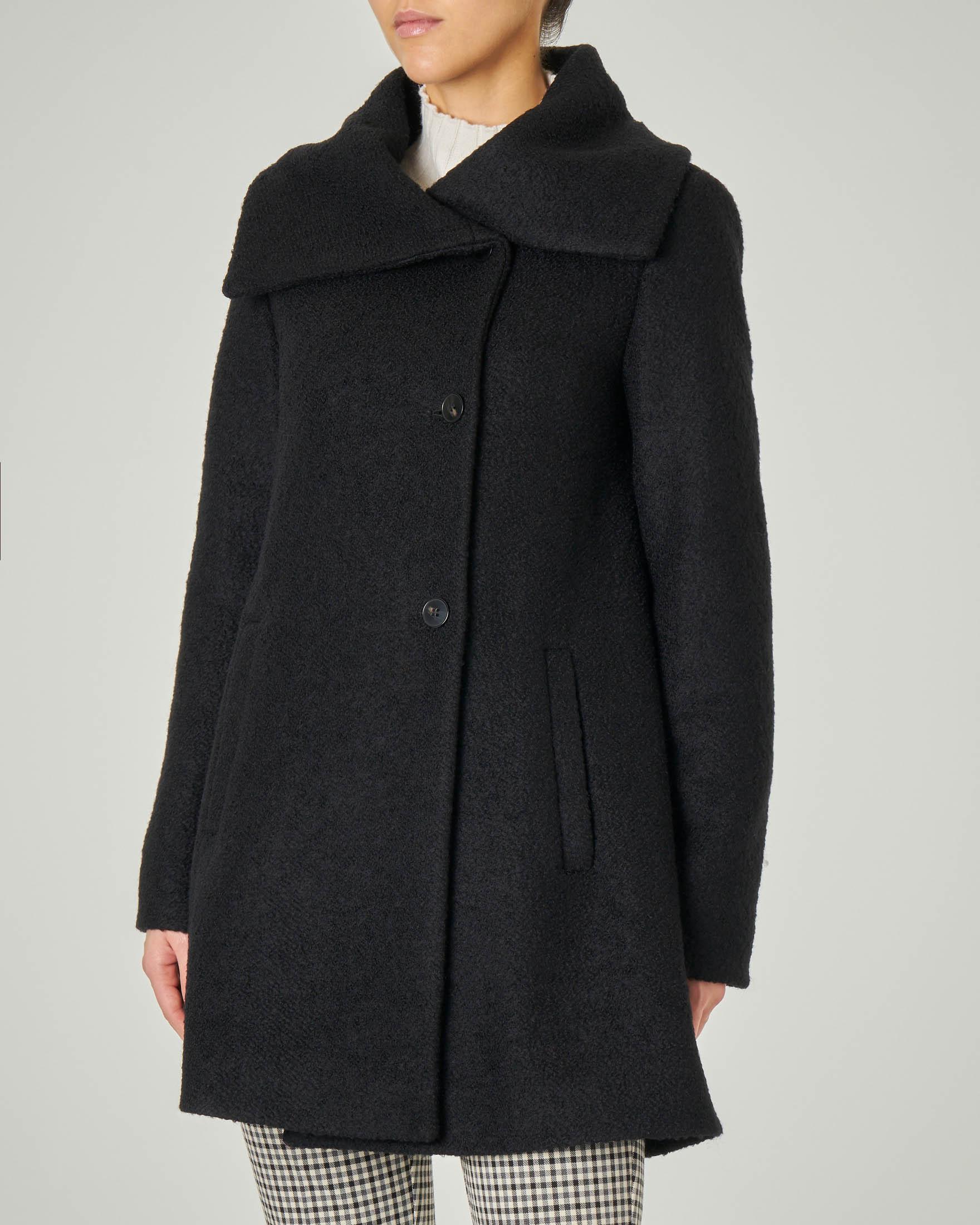 Cappotto nero in tessuto bouclé con ampio collo