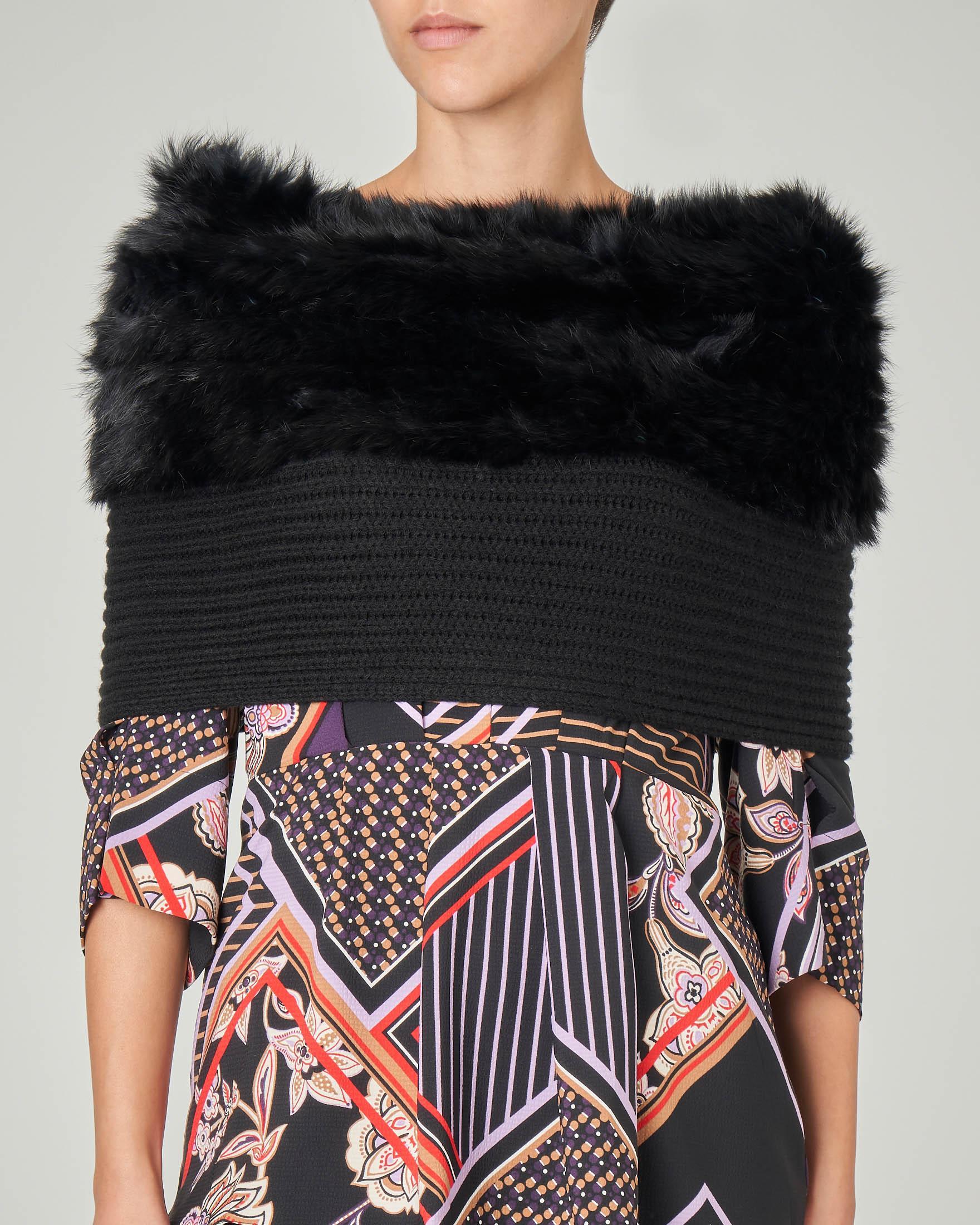 Collo nero in maglia bordo con profilo in ecopelliccia tono su tono