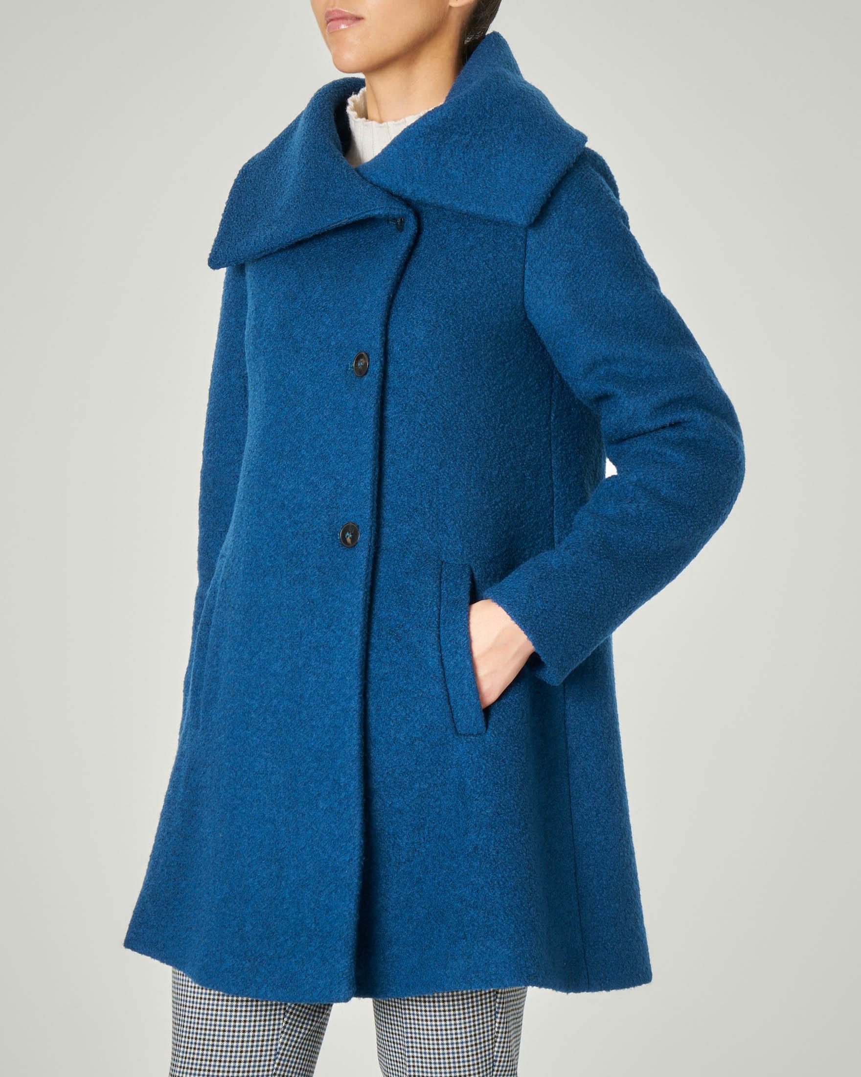 Cappotto color ottanio in tessuto bouclé con ampio collo