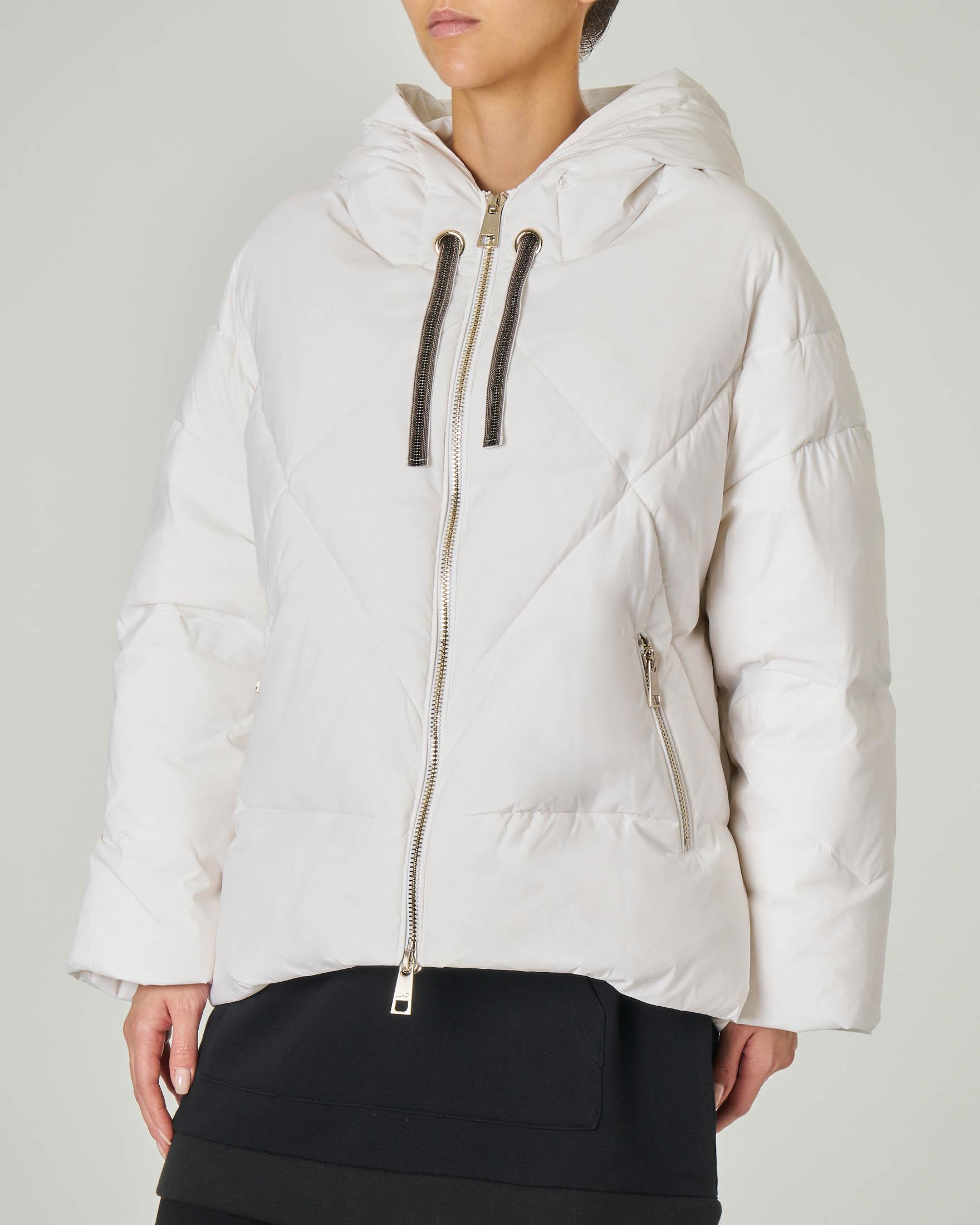 Maxi giaccone imbottito bianco con cappuccio fisso e coulisse con strass