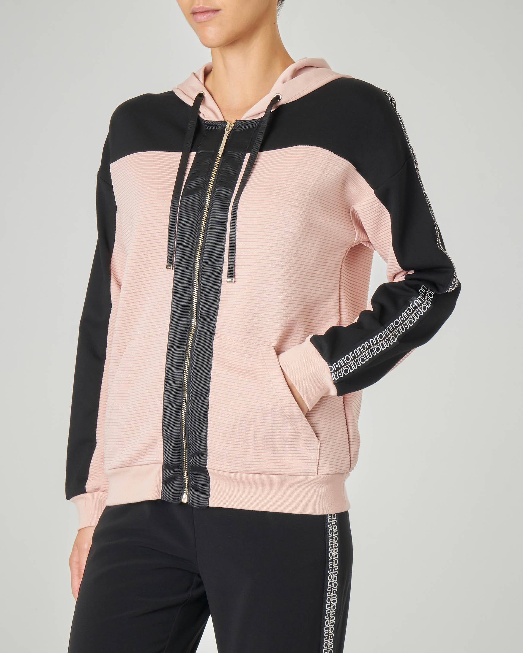 Felpa rosa con cappuccio con inserti di colore nero