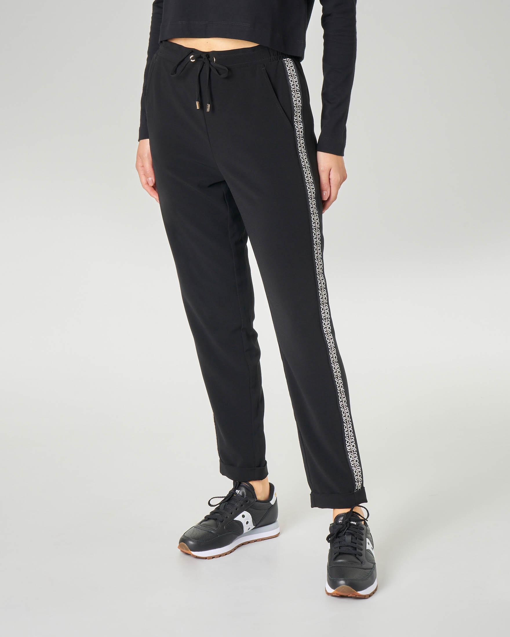 Pantaloni neri con bande laterali con doppia scritta logo a contrasto