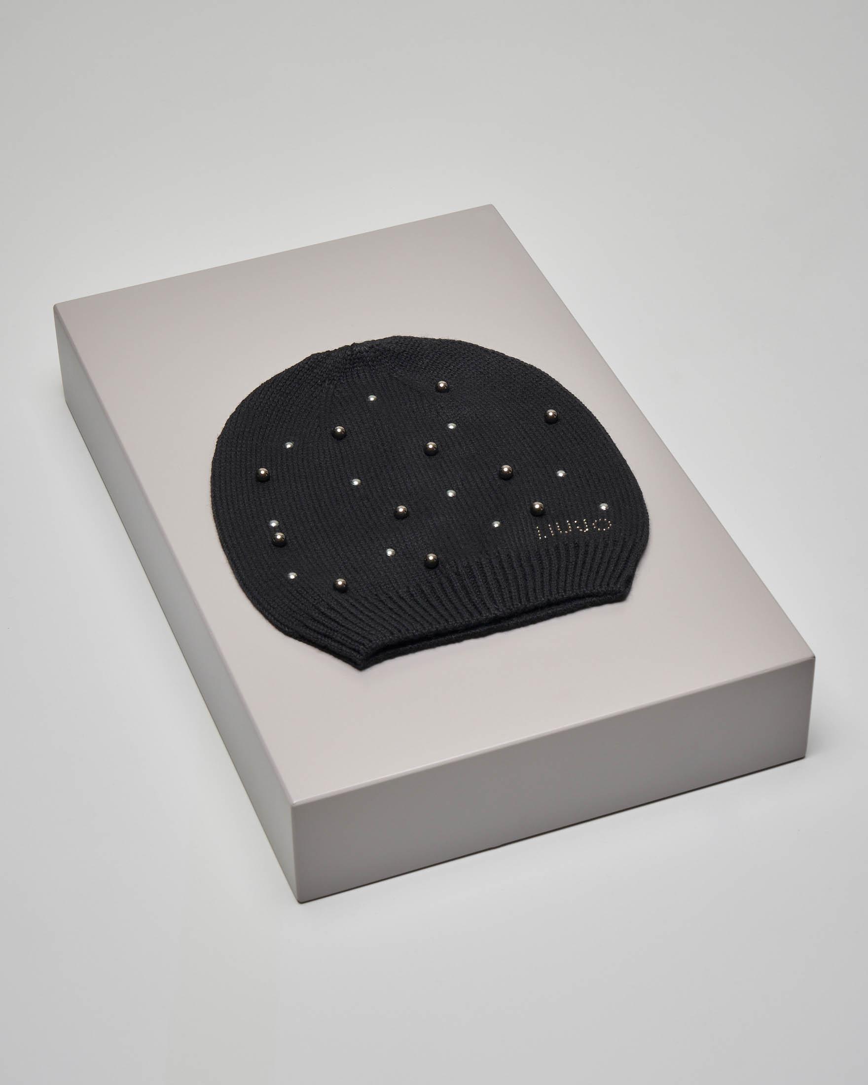 Berretto in lana misto cashmere nero con microborchiette e perle applicate tono su tono