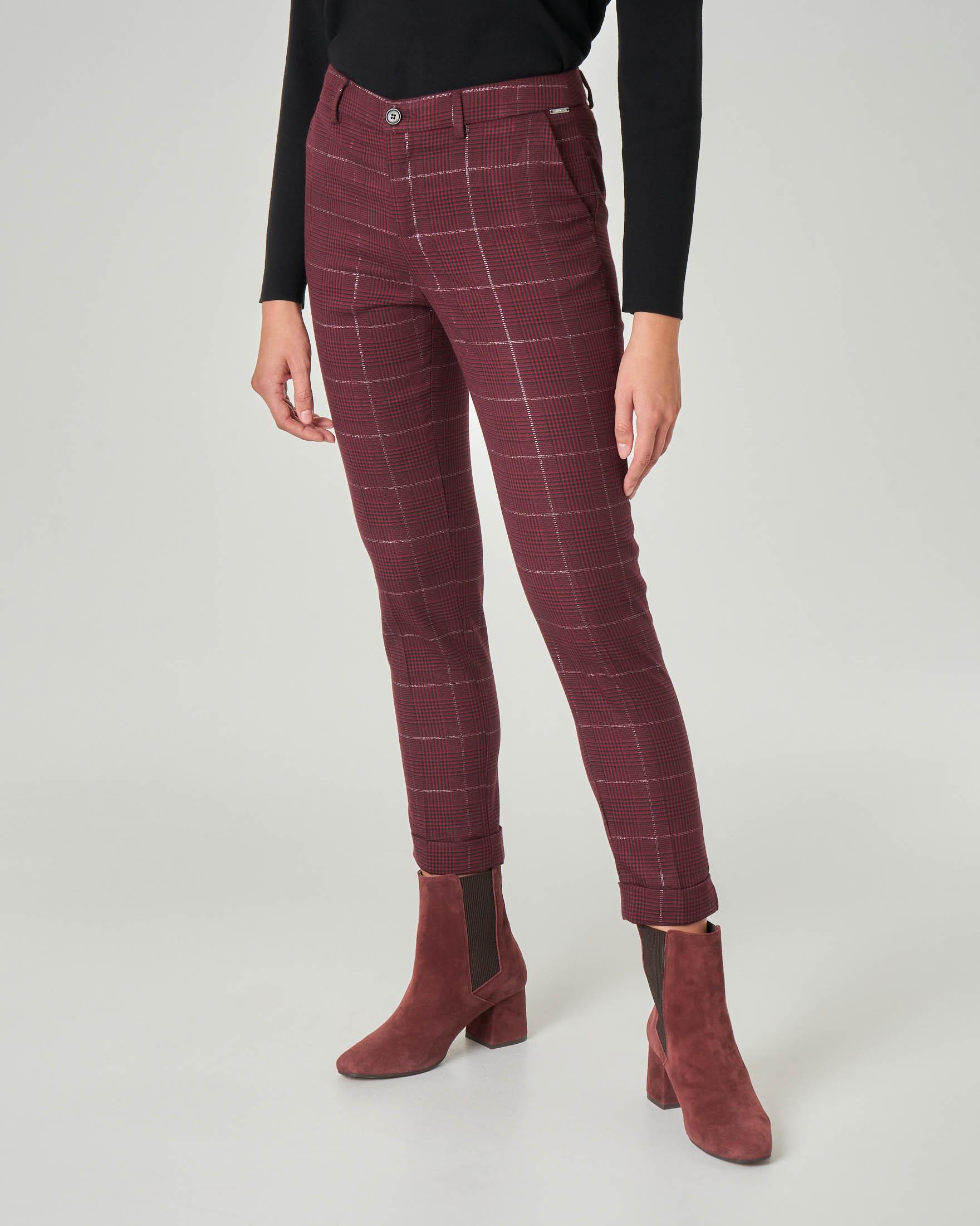 Pantalone slim in tessuto check bordeaux con inserti in lurex e risvolti