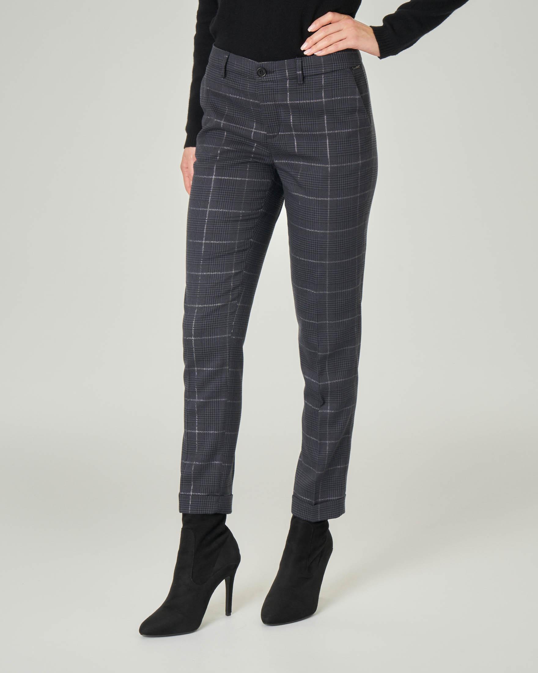 Pantalone slim in tessuto check grigio con inserti in lurex e risvolti