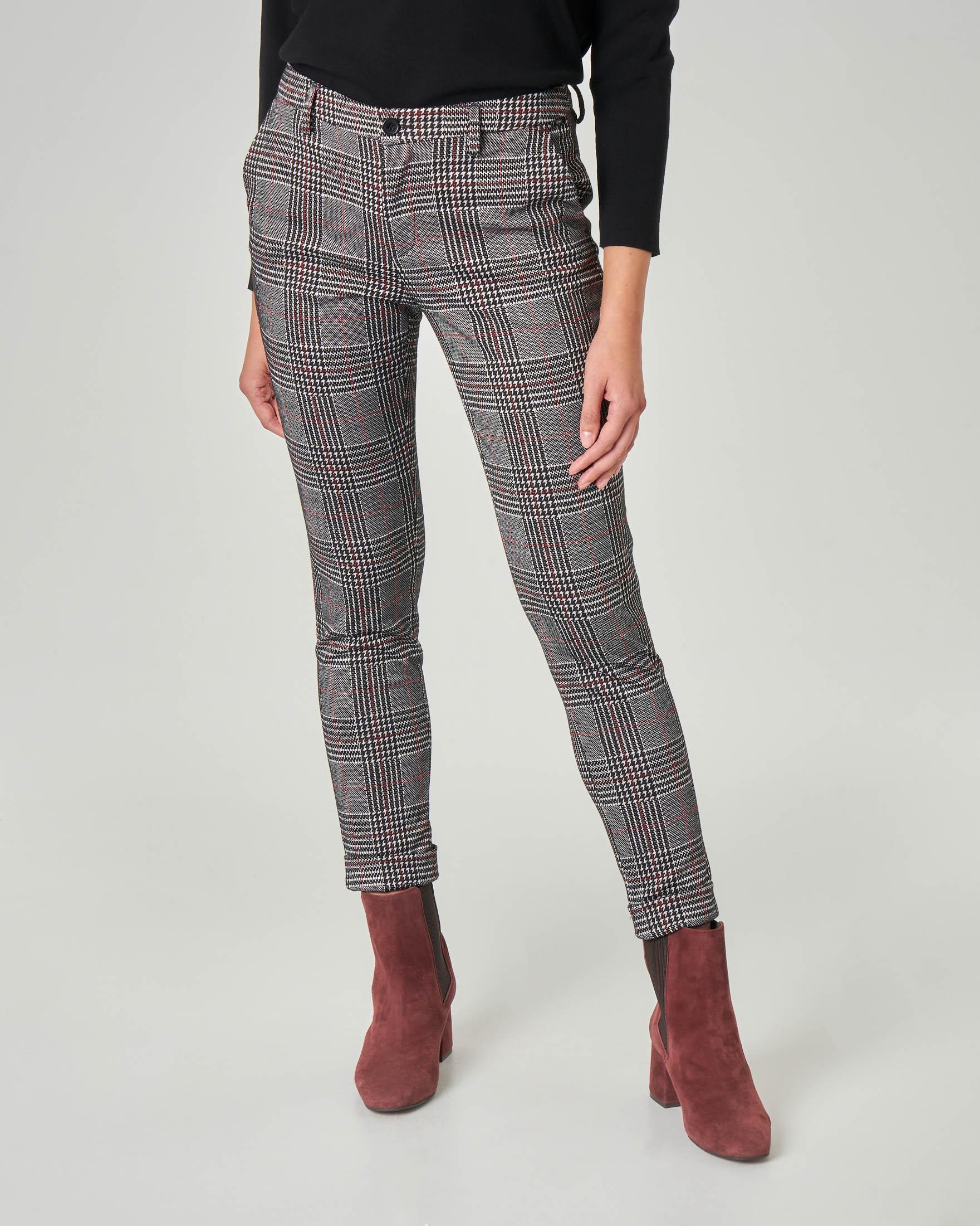 Pantalone slim in tessuto Principe di Galles con riga rossa e risvolti