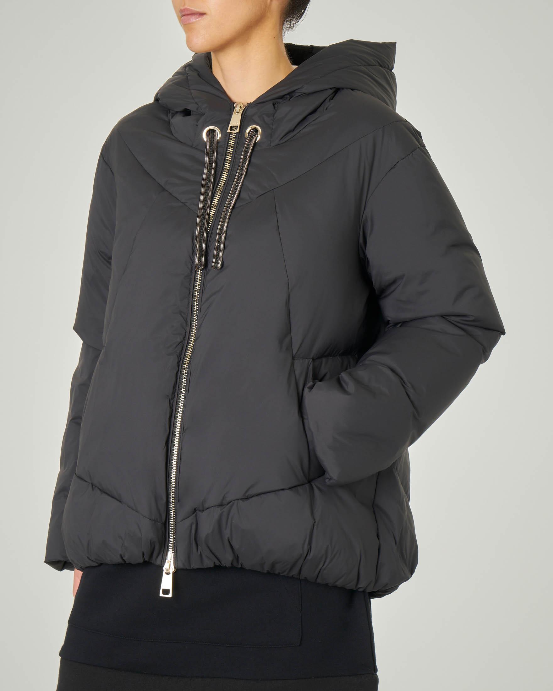 Maxi giaccone imbottito nero con cappuccio fisso e coulisse con strass