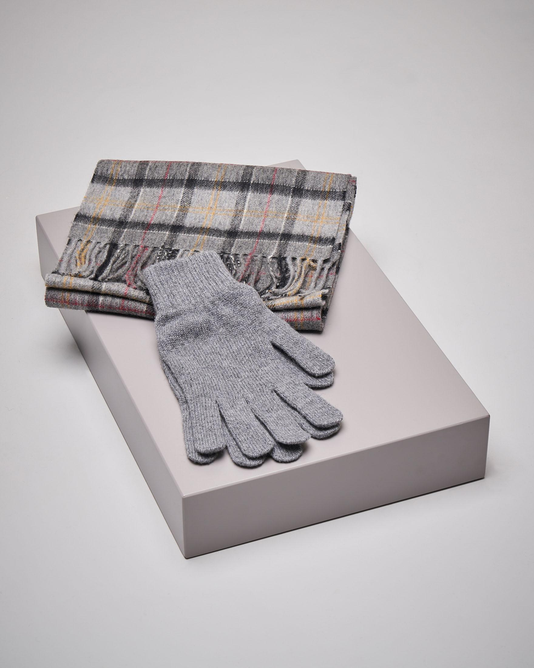 Sciarpa e guanti in lana in tartan check grigio
