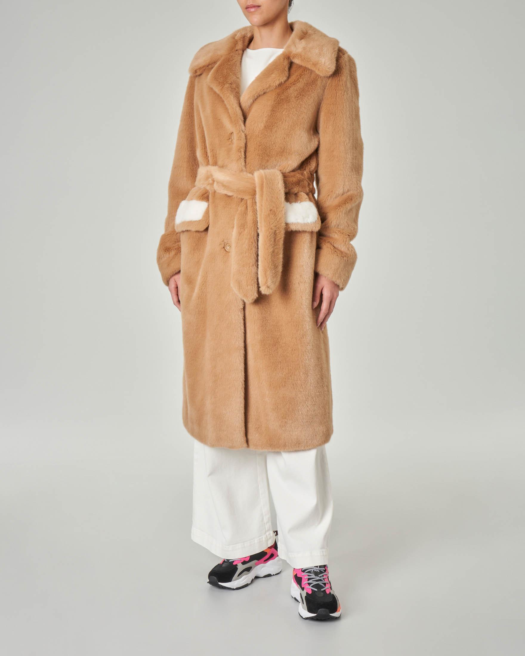 Cappotto a vestaglia color cammello in ecopelliccia effetto visone con dettagli a contrasto