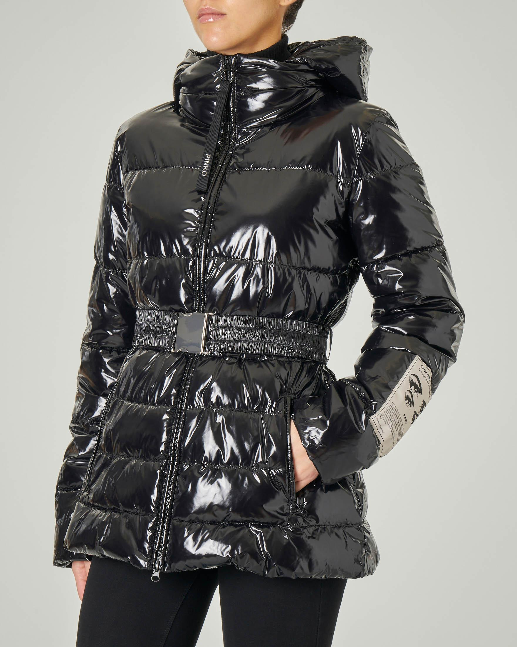 Piumino nero effetto super glossy con cappuccio e cintura elasticizzata in vita