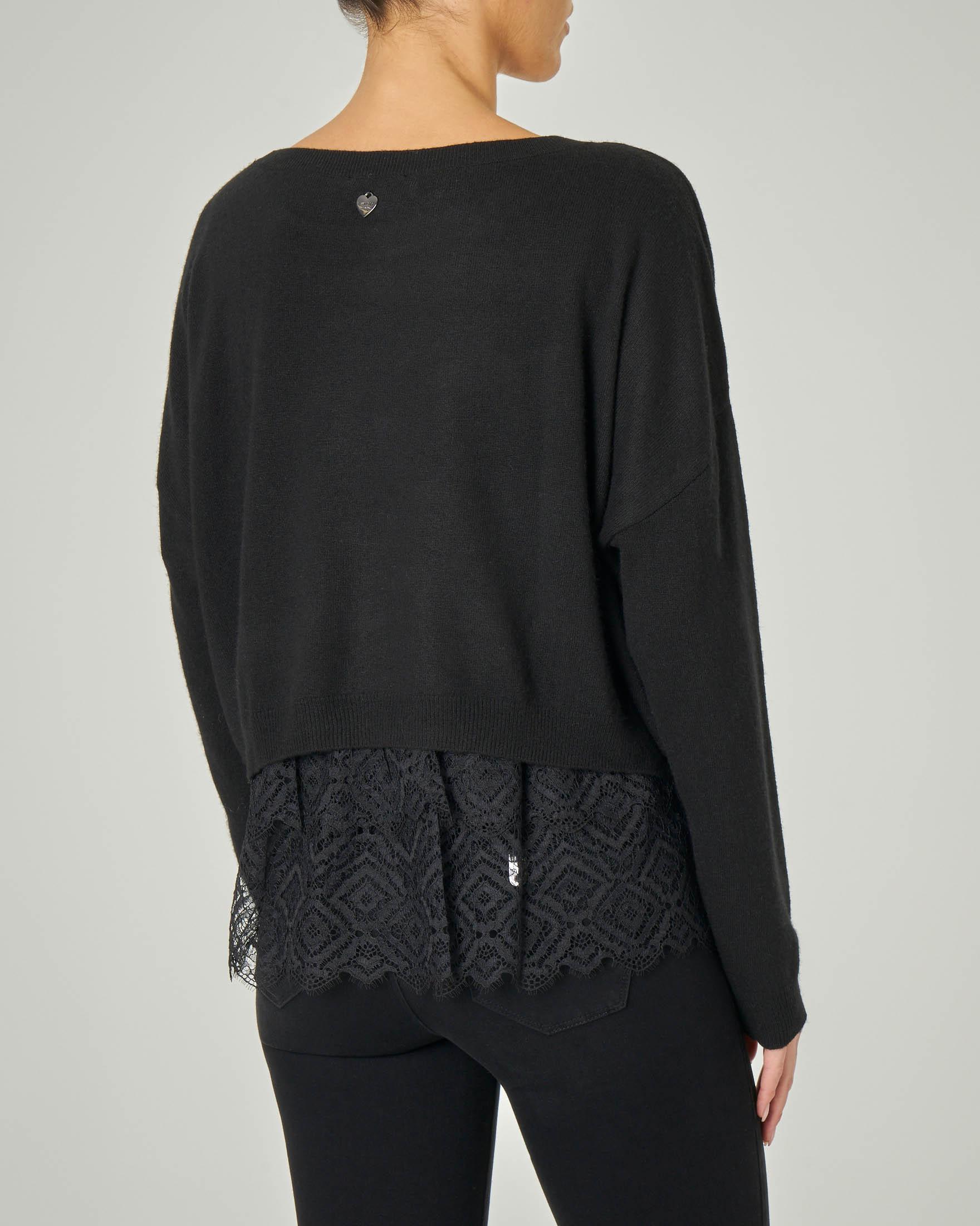 Maglia cropped con scollo a barchetta nera in lana misto alpaca con top più lungo in pizzo
