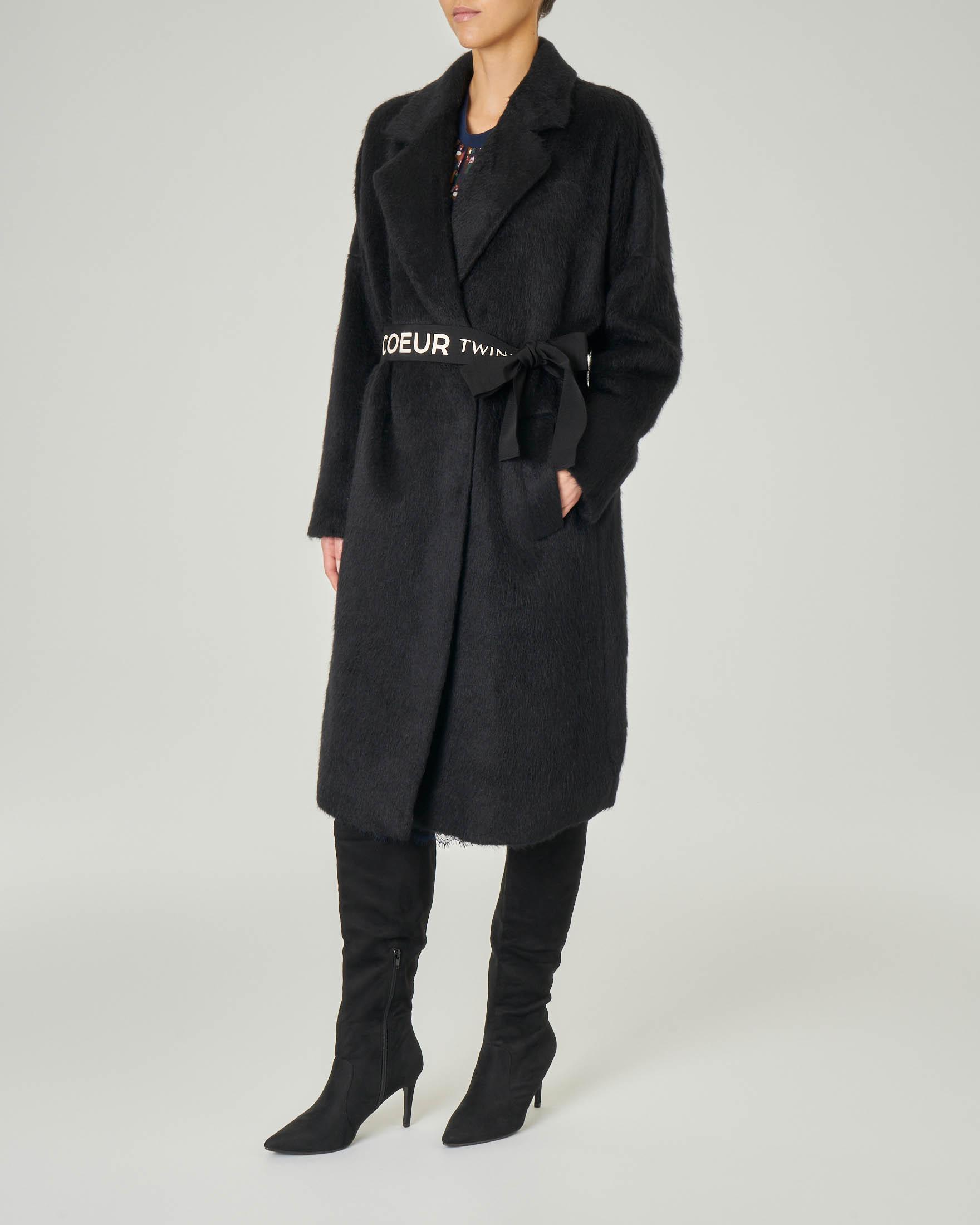 Cappotto nero doppiopetto con cintura in vita con scritta logo a contrasto