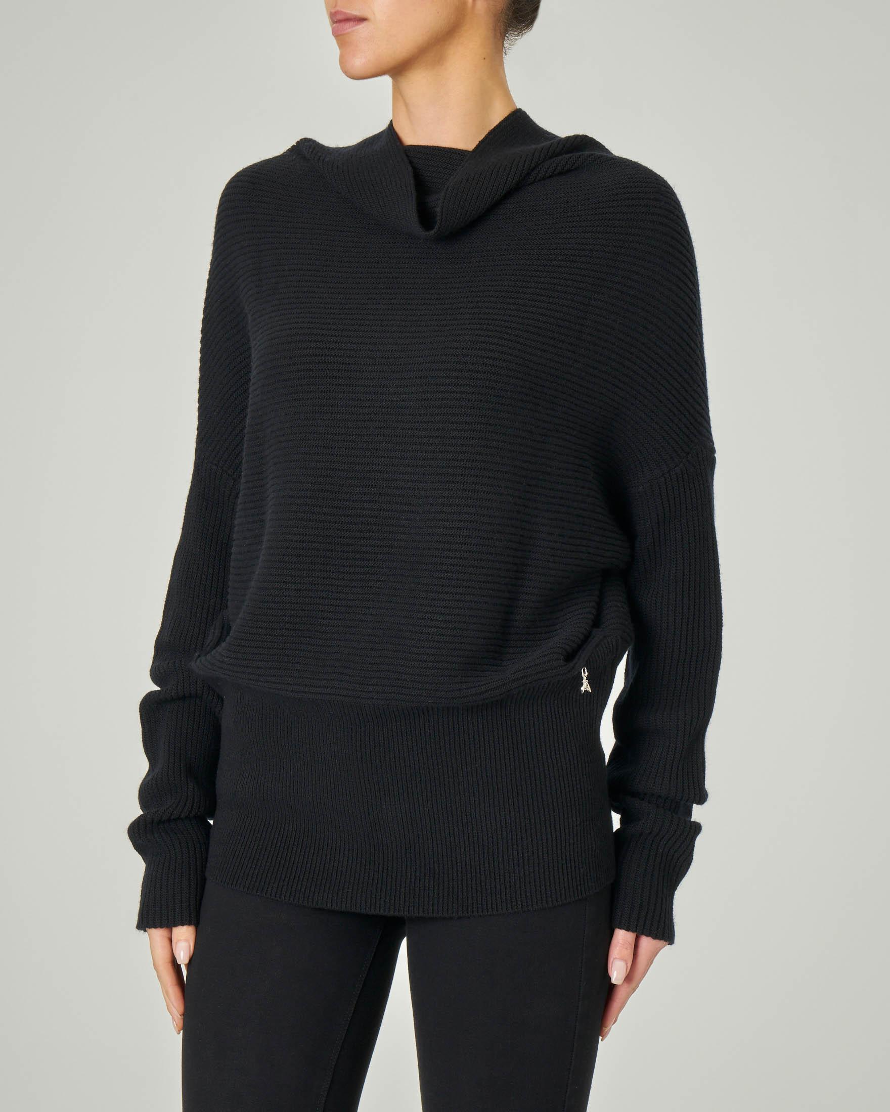 Maglia tricot nera con collo alto in viscosa misto mohair
