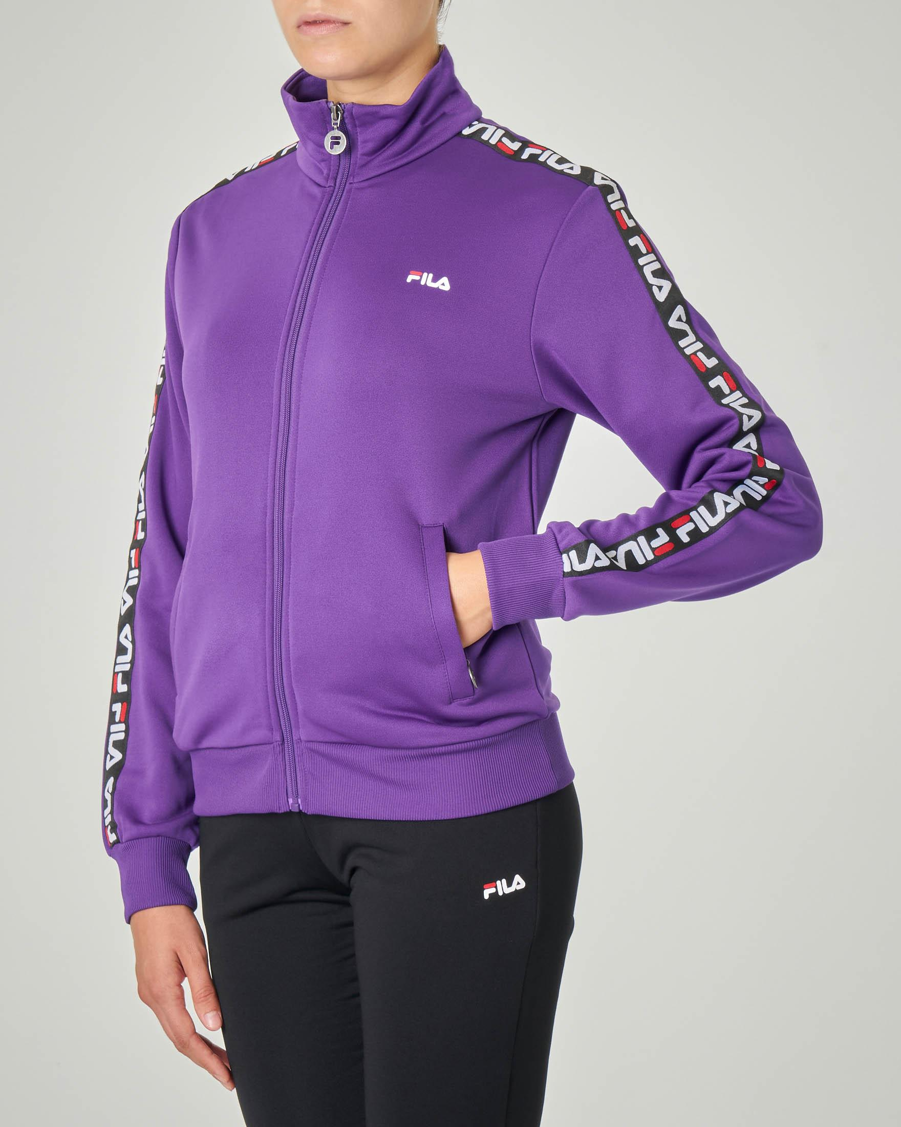 Felpa viola in tessuto acetato con chiusura a zip e bande laterali con scritta logo continua a contrasto