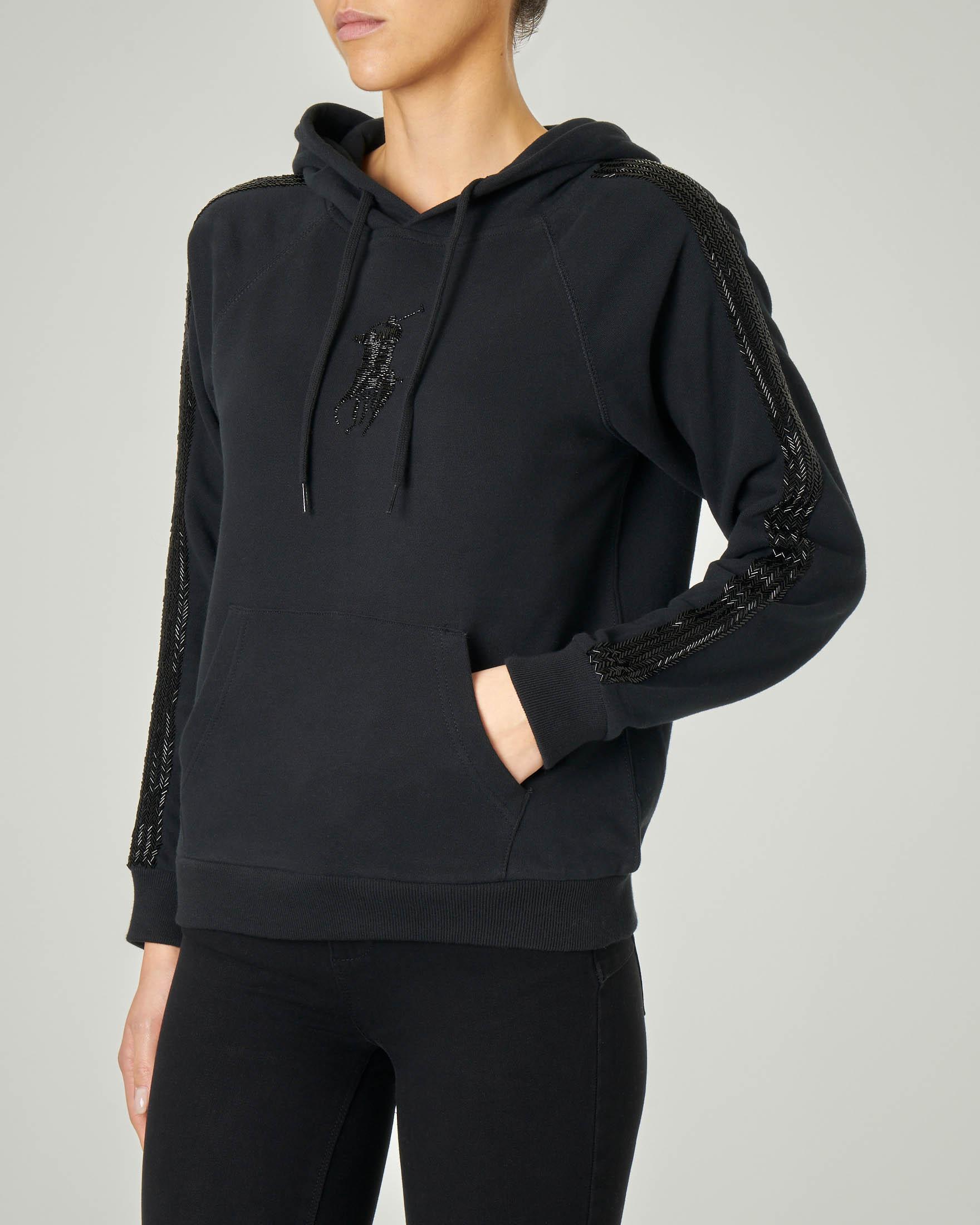 Felpa nera in cotone con cappuccio e maxi logo e bande laterali in paillettes tono su tono