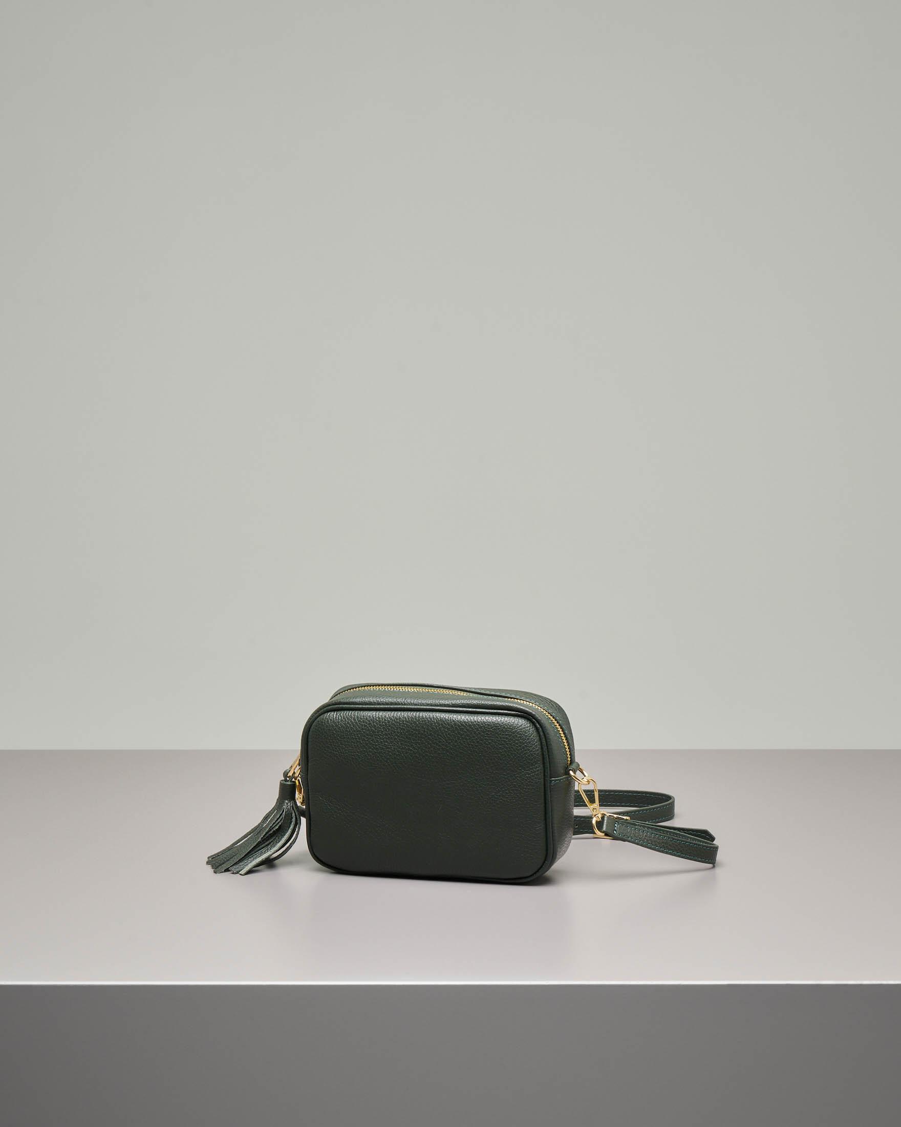 Cross bag in pelle verde scuro effetto martellato con nappina abbinata