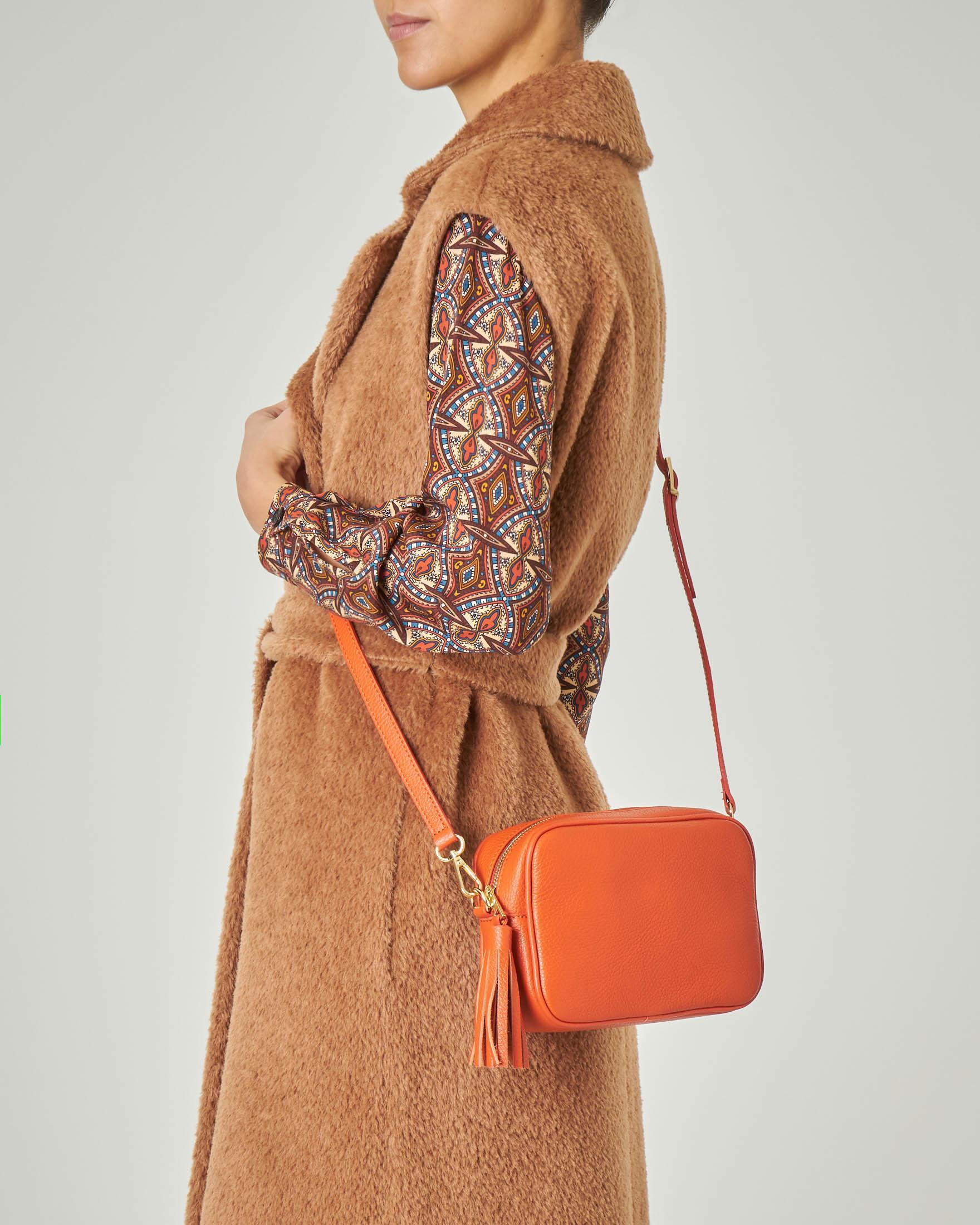 Cross bag in pelle arancione effetto martellato con nappina abbinata