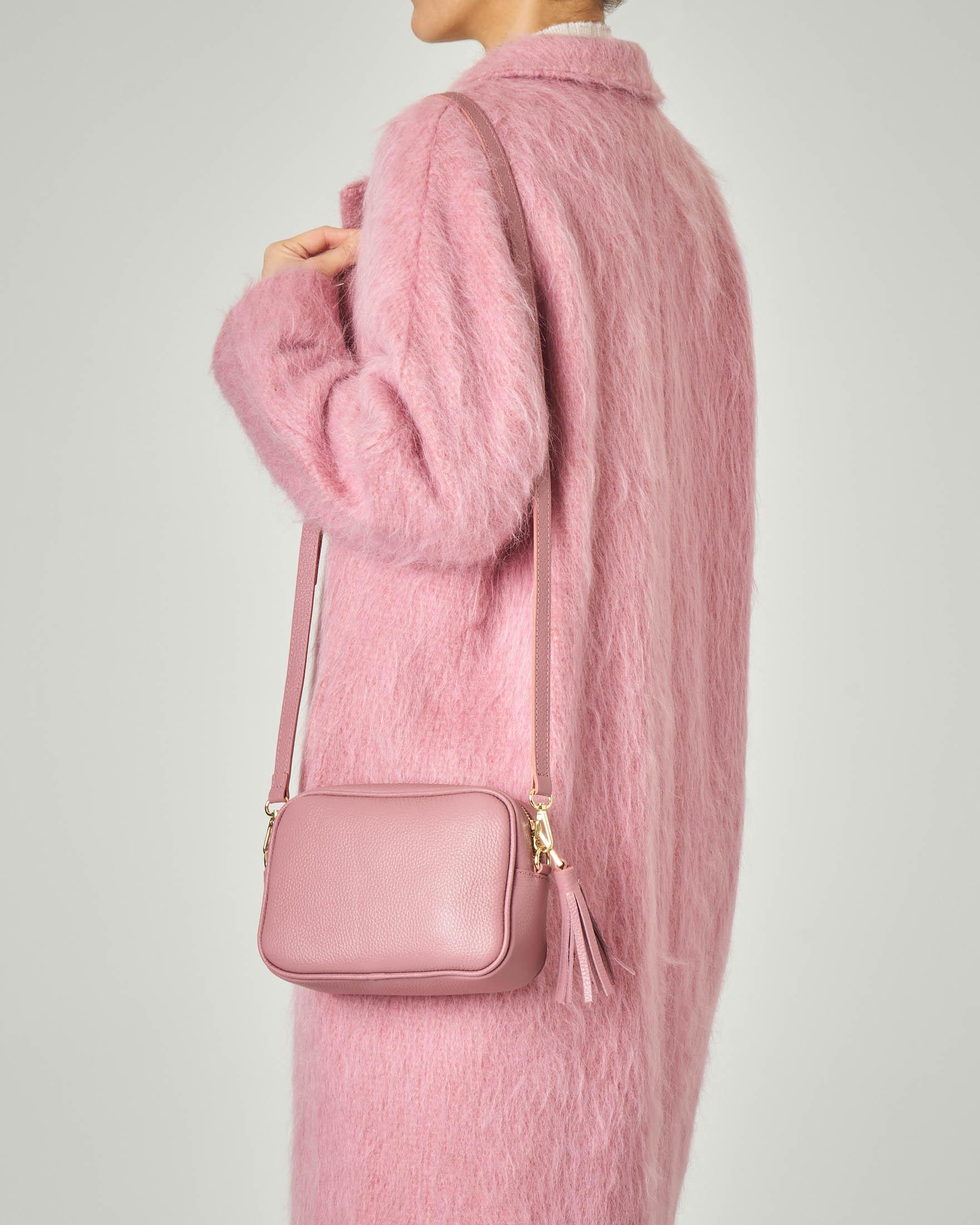 Cross bag in pelle rosa effetto martellato con nappina abbinata