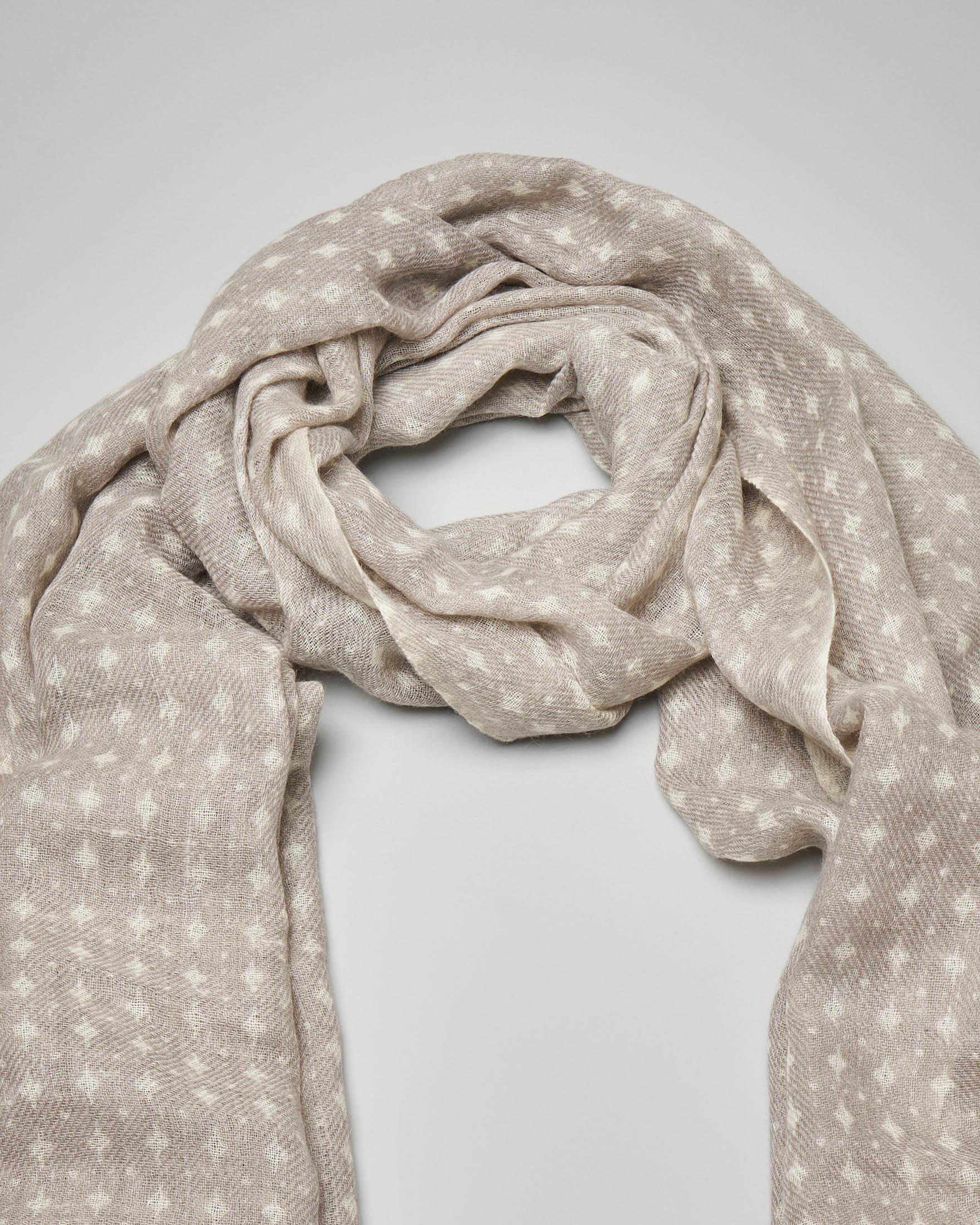 Sciarpa in lana grigio chiaro con micro disegni bianchi