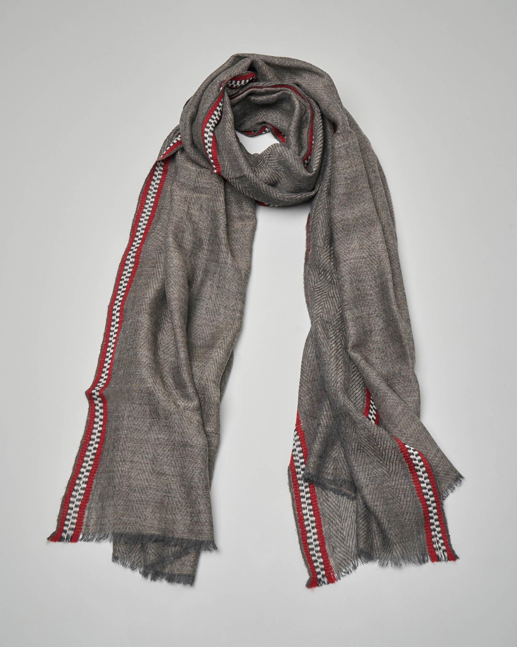 Sciarpa in lana grigia in tessuto spigato con passamaneria a contrasto