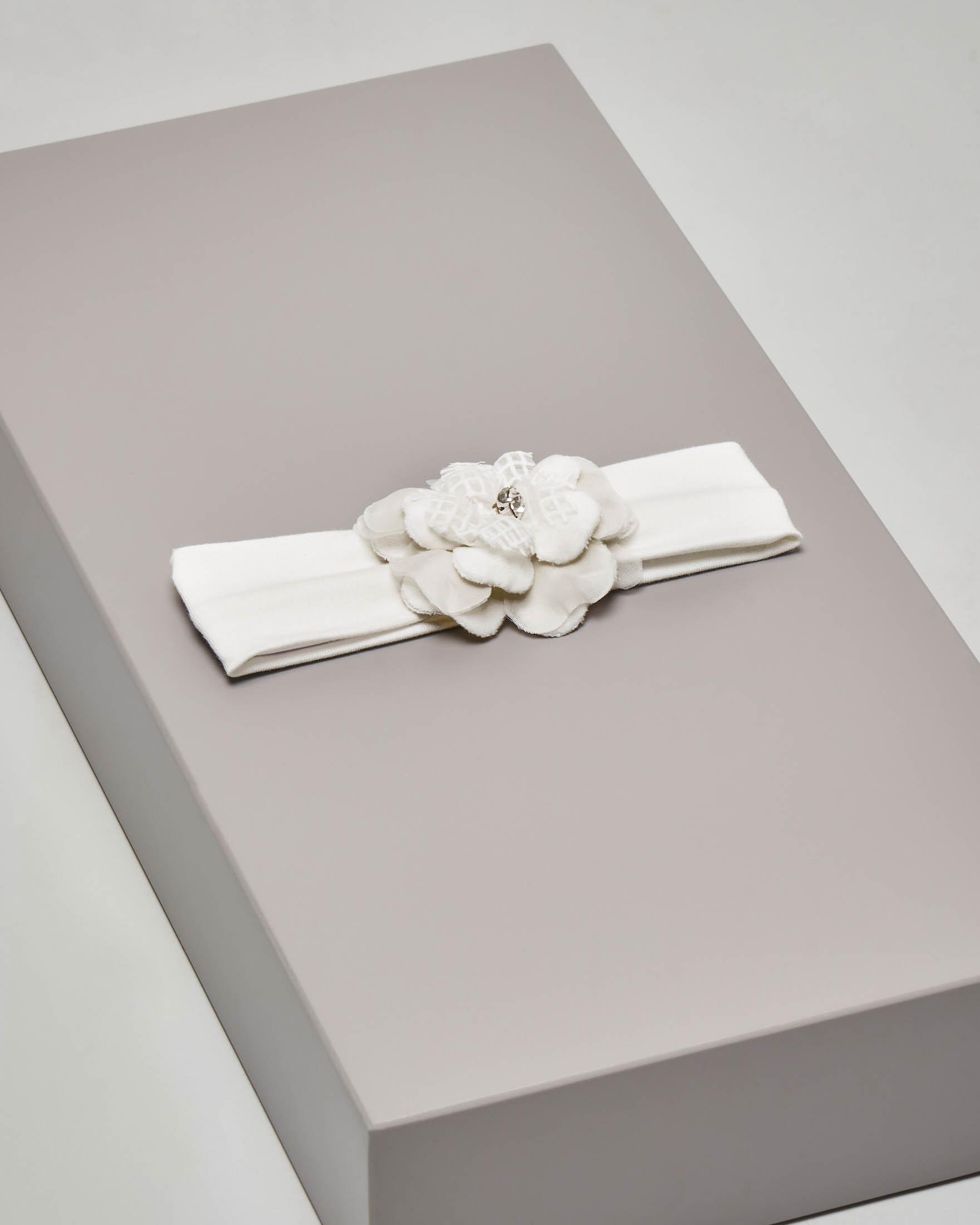 Fascia bianca in cotone elasticizzato con fiore e gioiello applicati