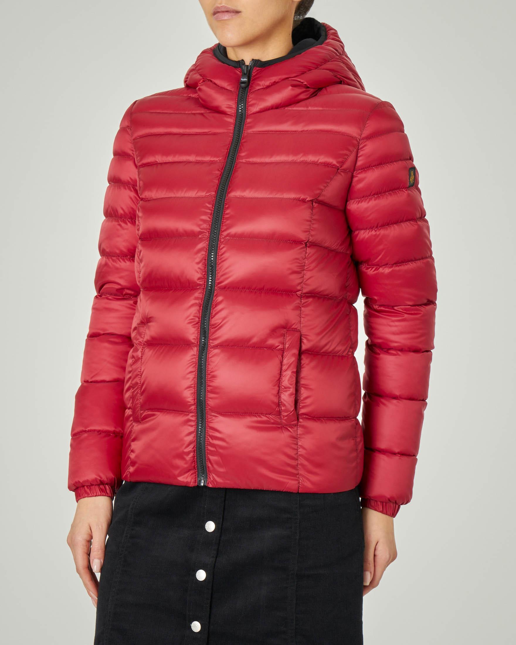 Piumino corto rosso modello Mead Jacket con cappuccio fisso e dettagli a contrasto