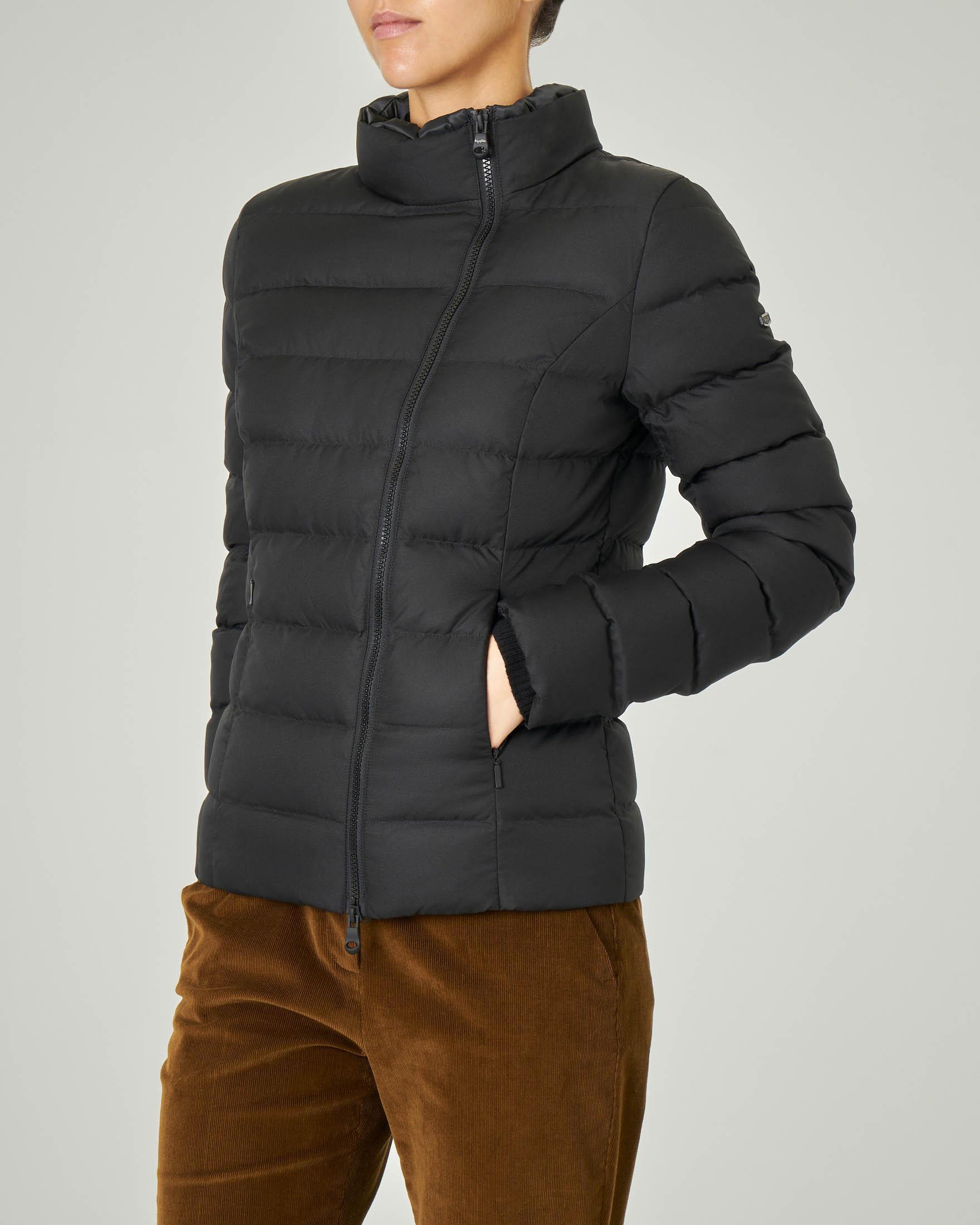 Piumino corto nero modello Lisa Jacket con chiusura laterale