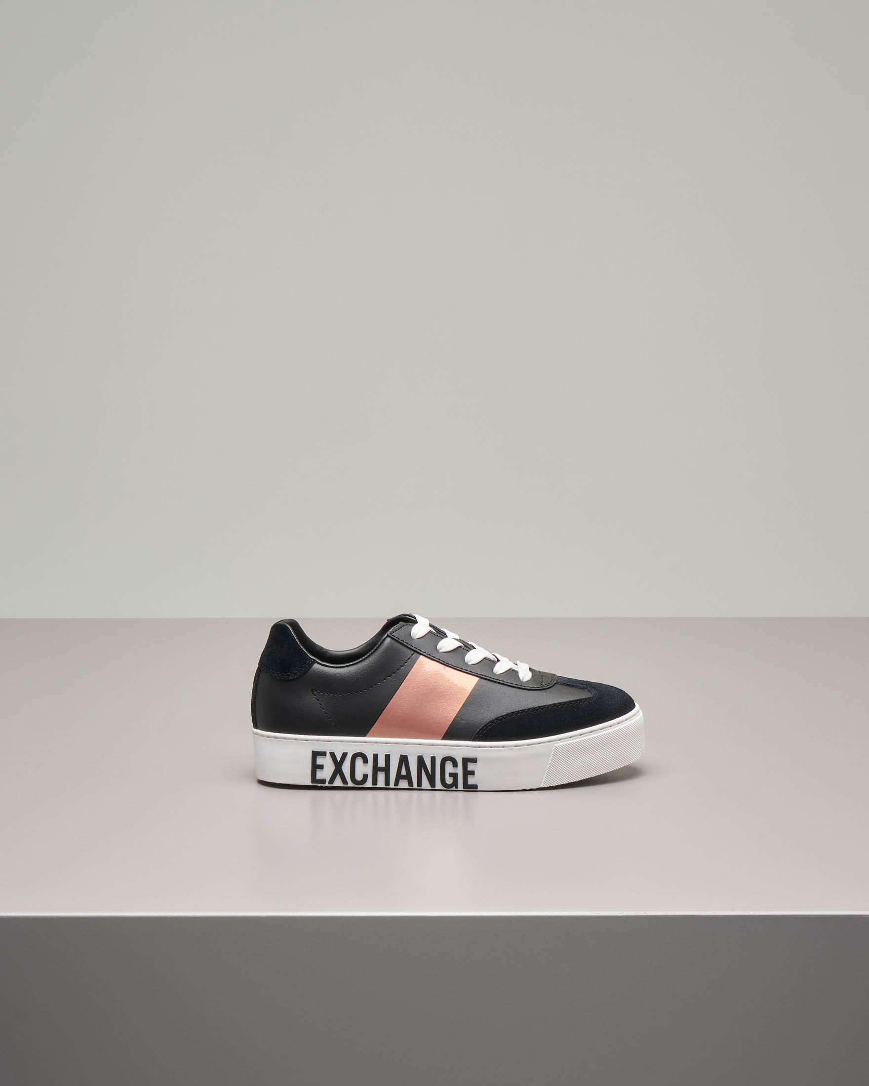 Sneakers nere in pelle con suola alta e scritta logo a contrasto di colore