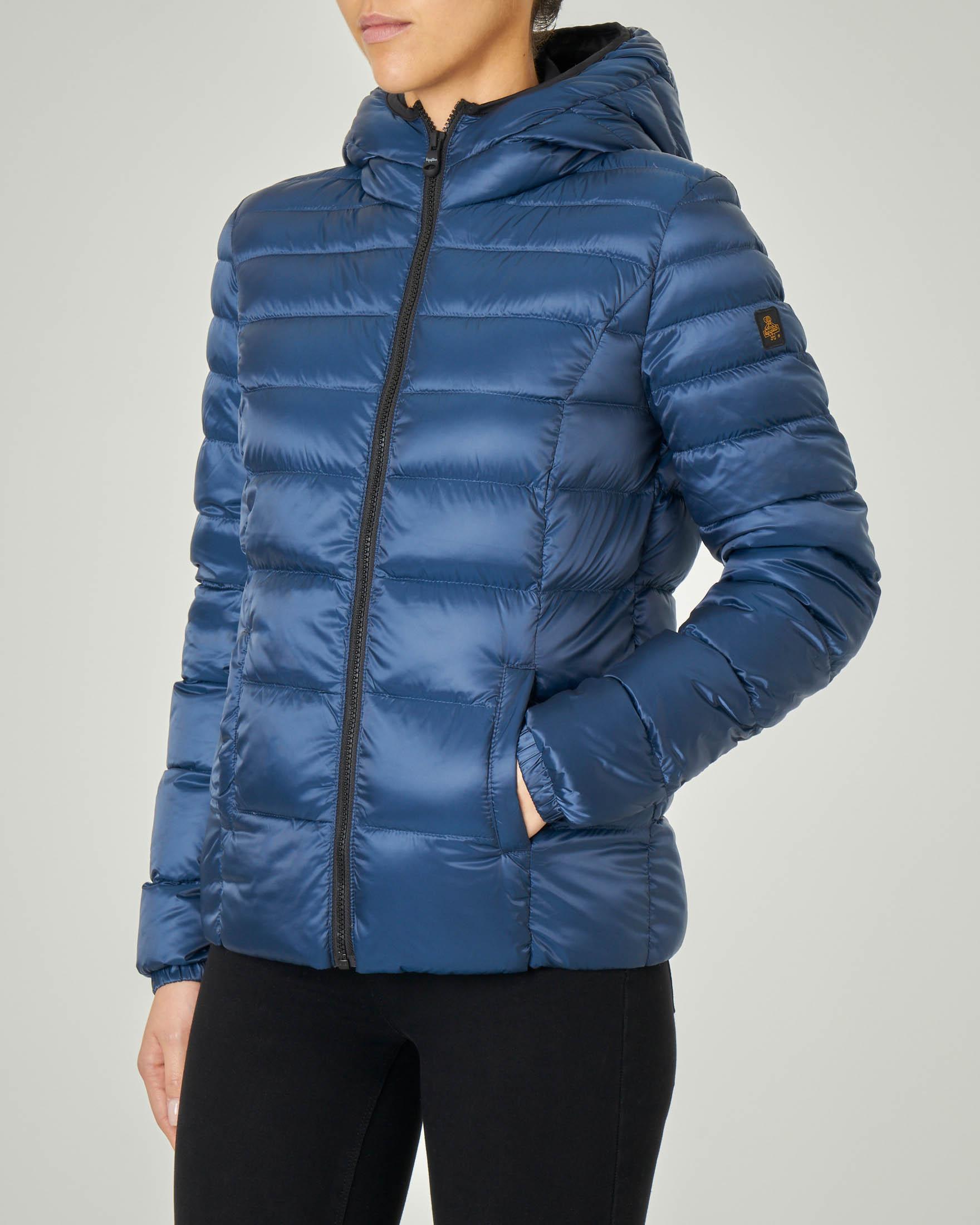 Piumino corto bluette modello Mead Jacket con cappuccio fisso e dettagli a contrasto