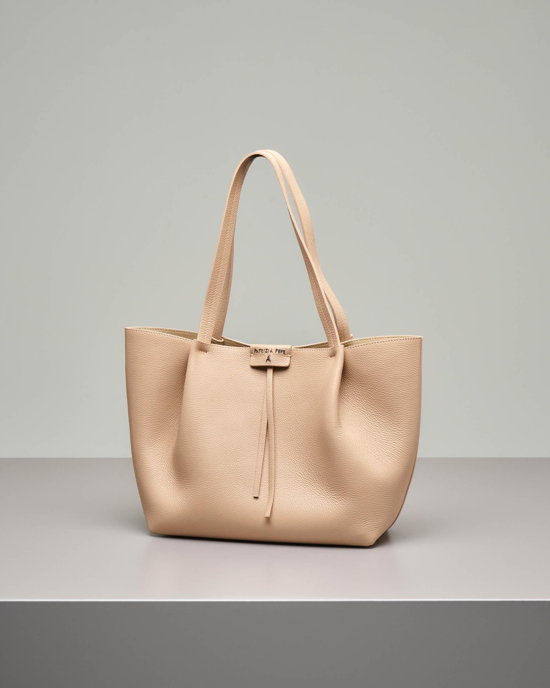 Shopping bag in pelle di vitello martellata color beige con pochette interna