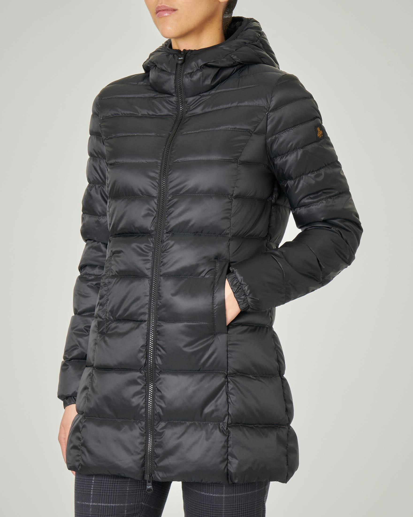 Piumino lunghezza media nero modello Long Mead Jacket con cappuccio fisso e linea sfiancata
