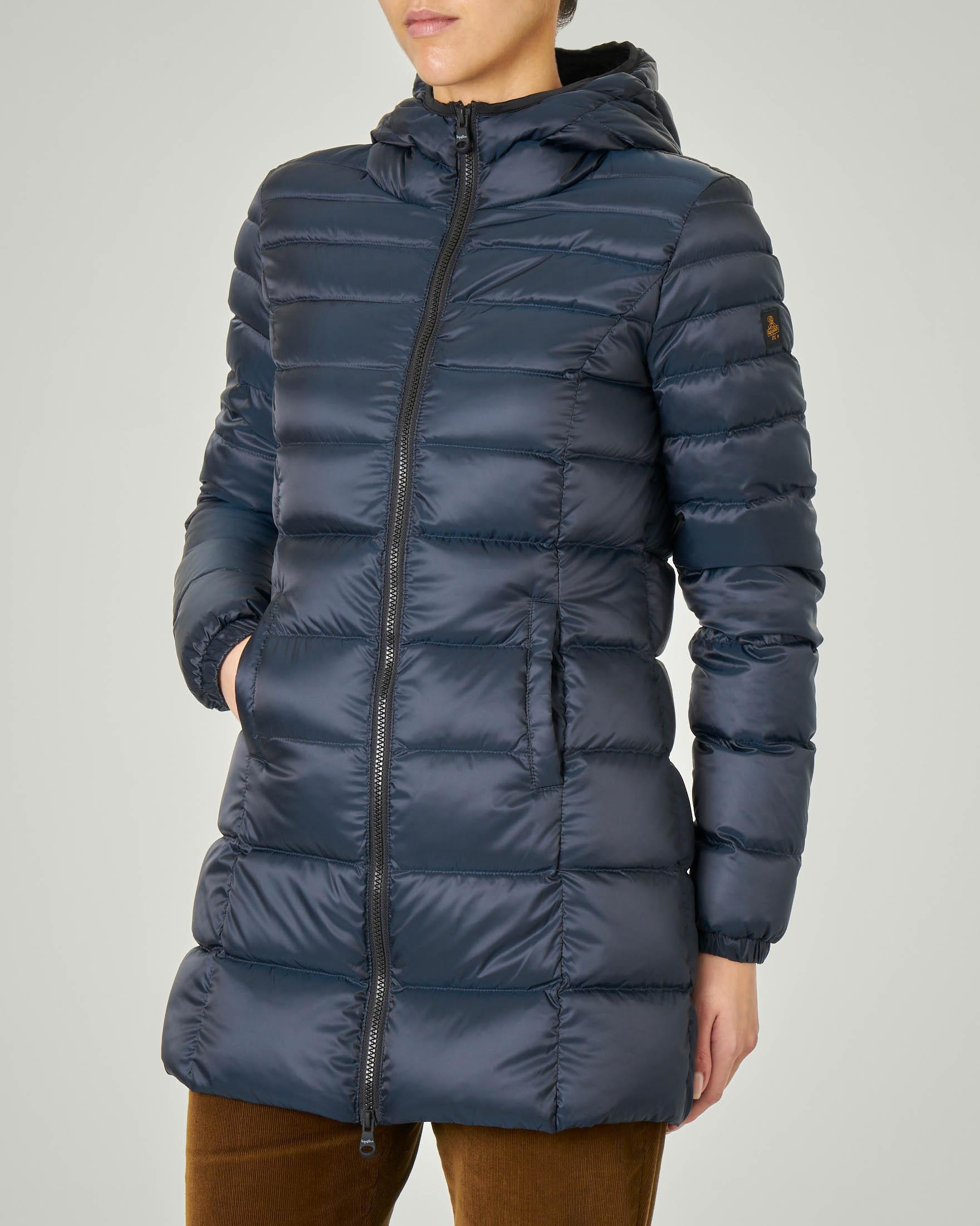 Piumino lunghezza media blu modello Long Mead Jacket con cappuccio fisso e linea sfiancata