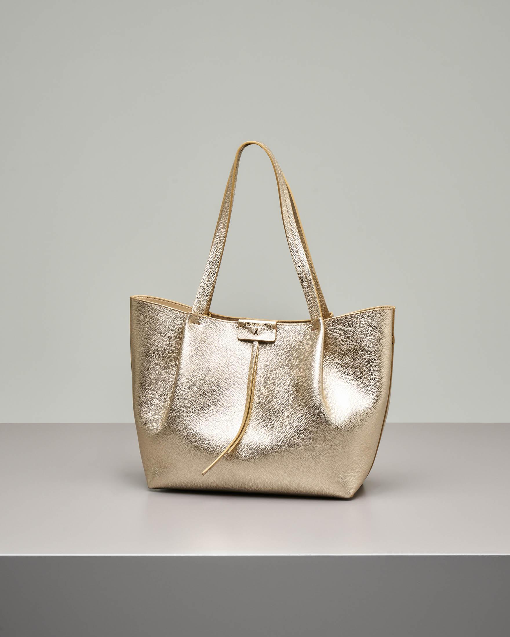 Shopping bag color oro in pelle di vitello martellata con pochette interna