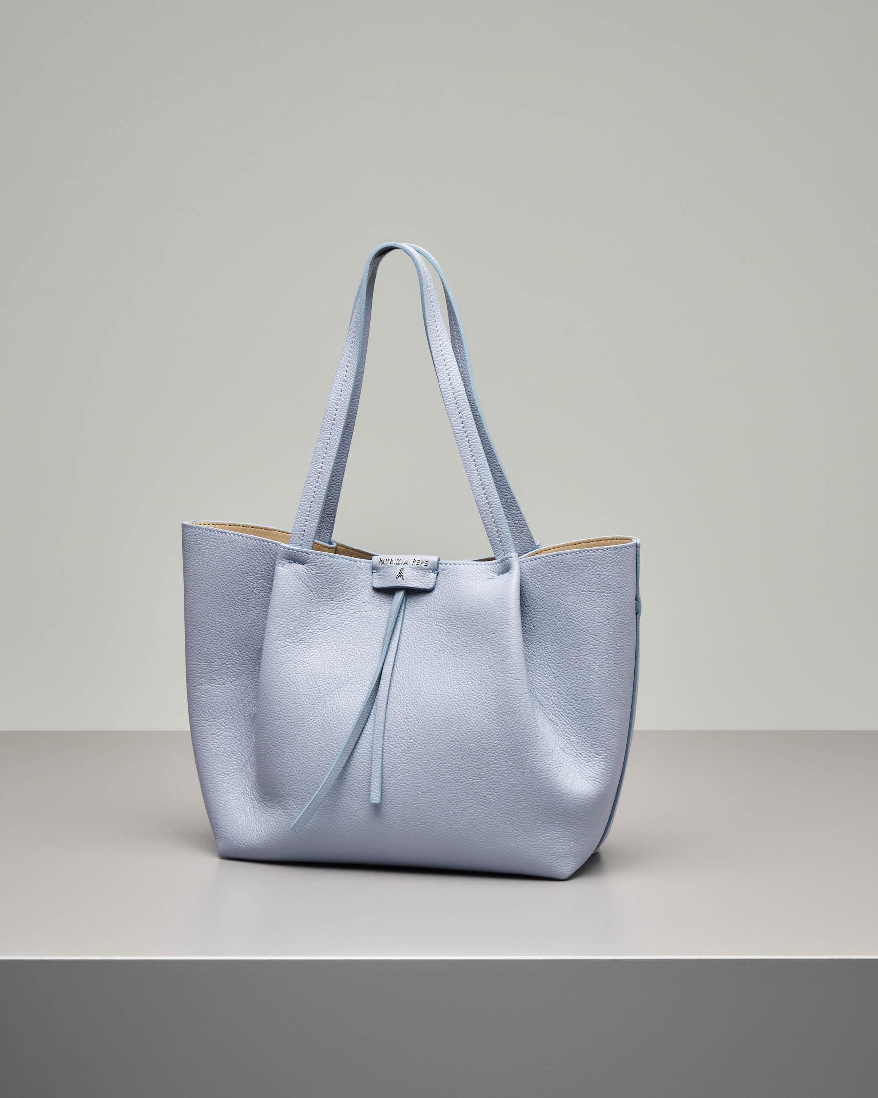 Shopping bag in pelle di vitello martellata azzurra con pochette interna