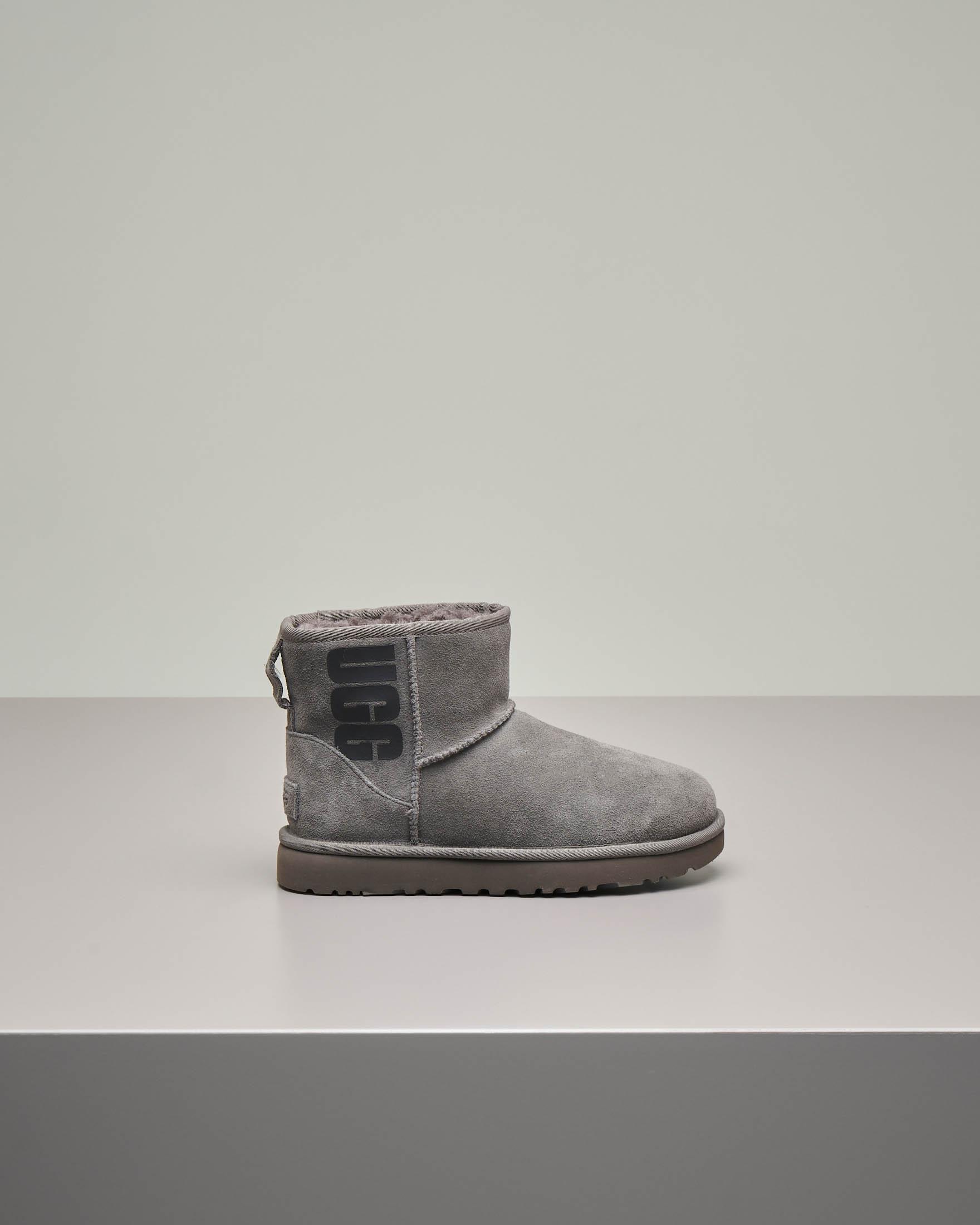 Mini stivale grigio in montone con max scritta logo stampata sui lati