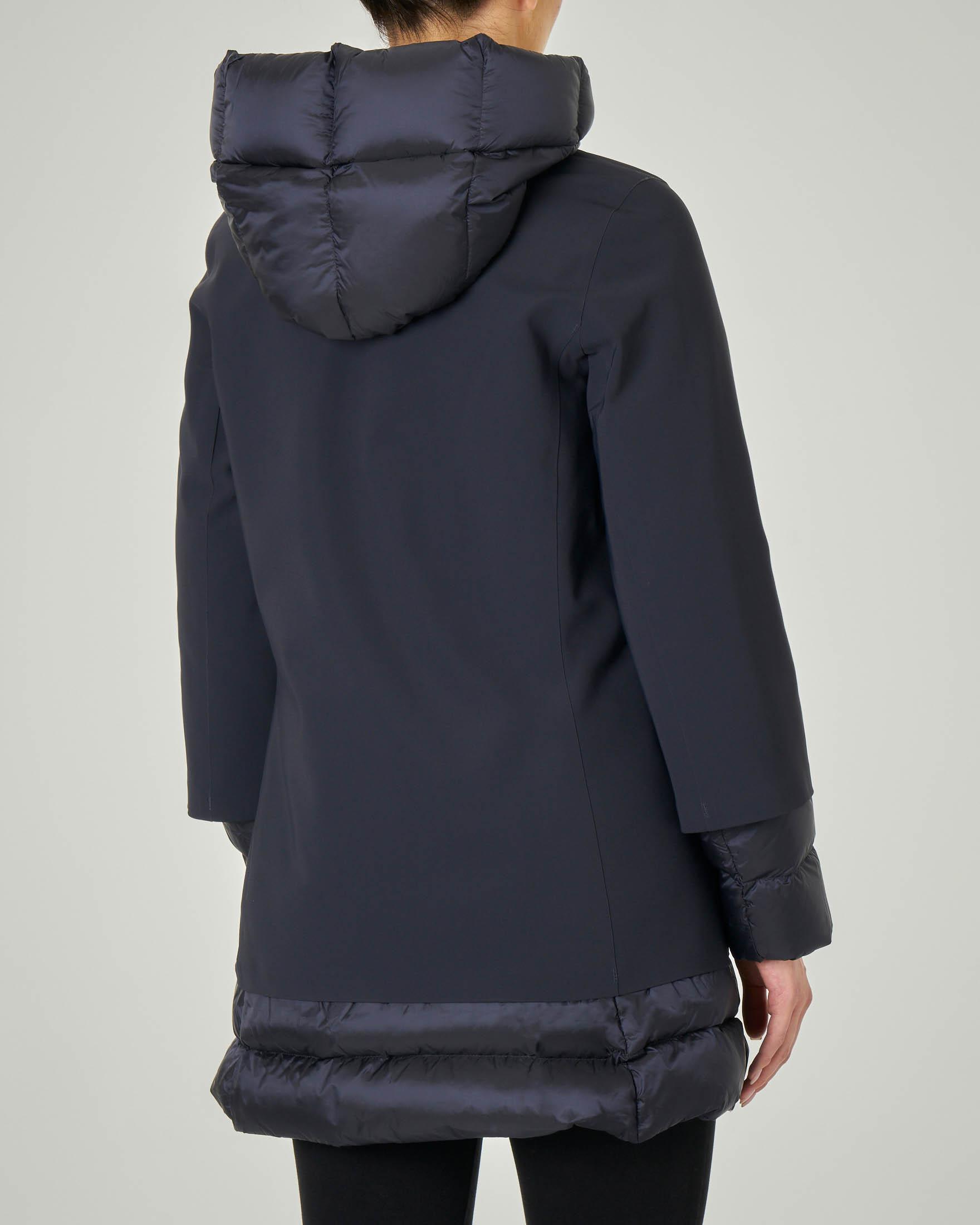 Piumino lunghezza media blu liscio effetto matt con inserti in tessuto trapuntato e cappuccio fisso