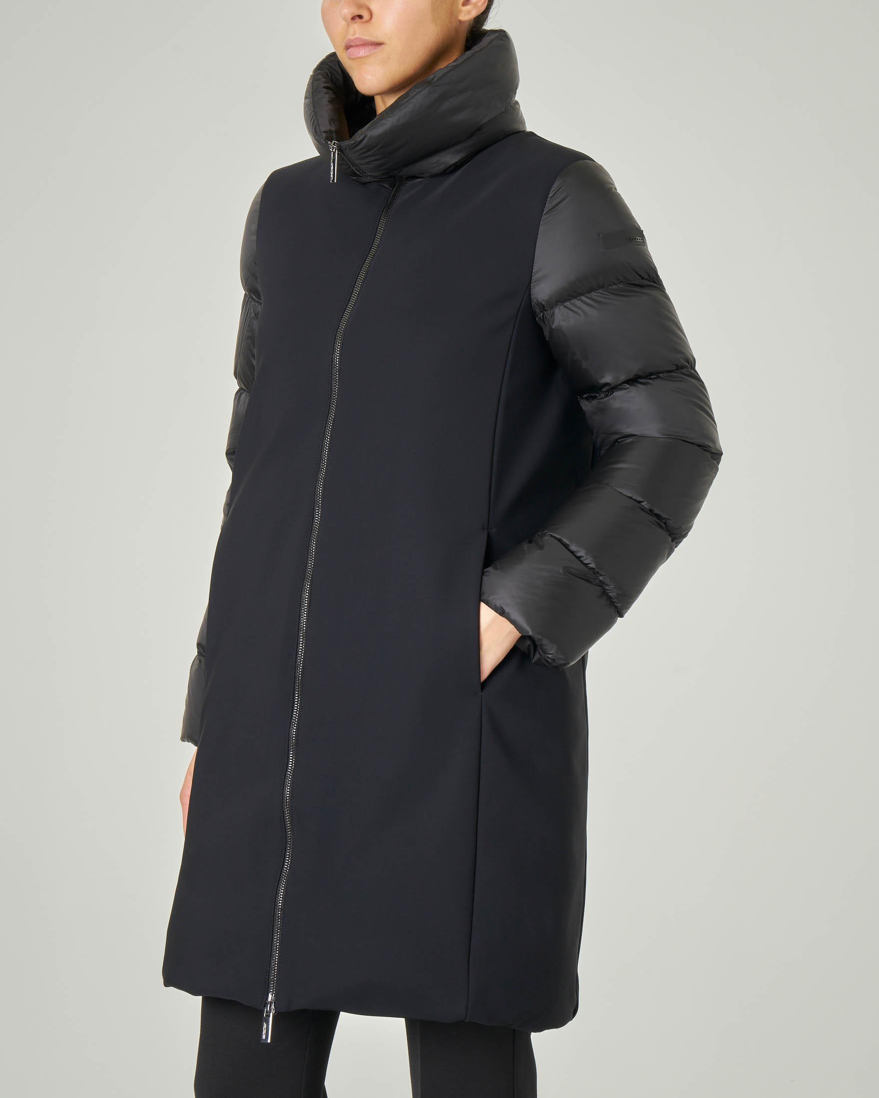 Cappotto nero lungo imbottito con maniche e collo alto in tessuto trapuntato