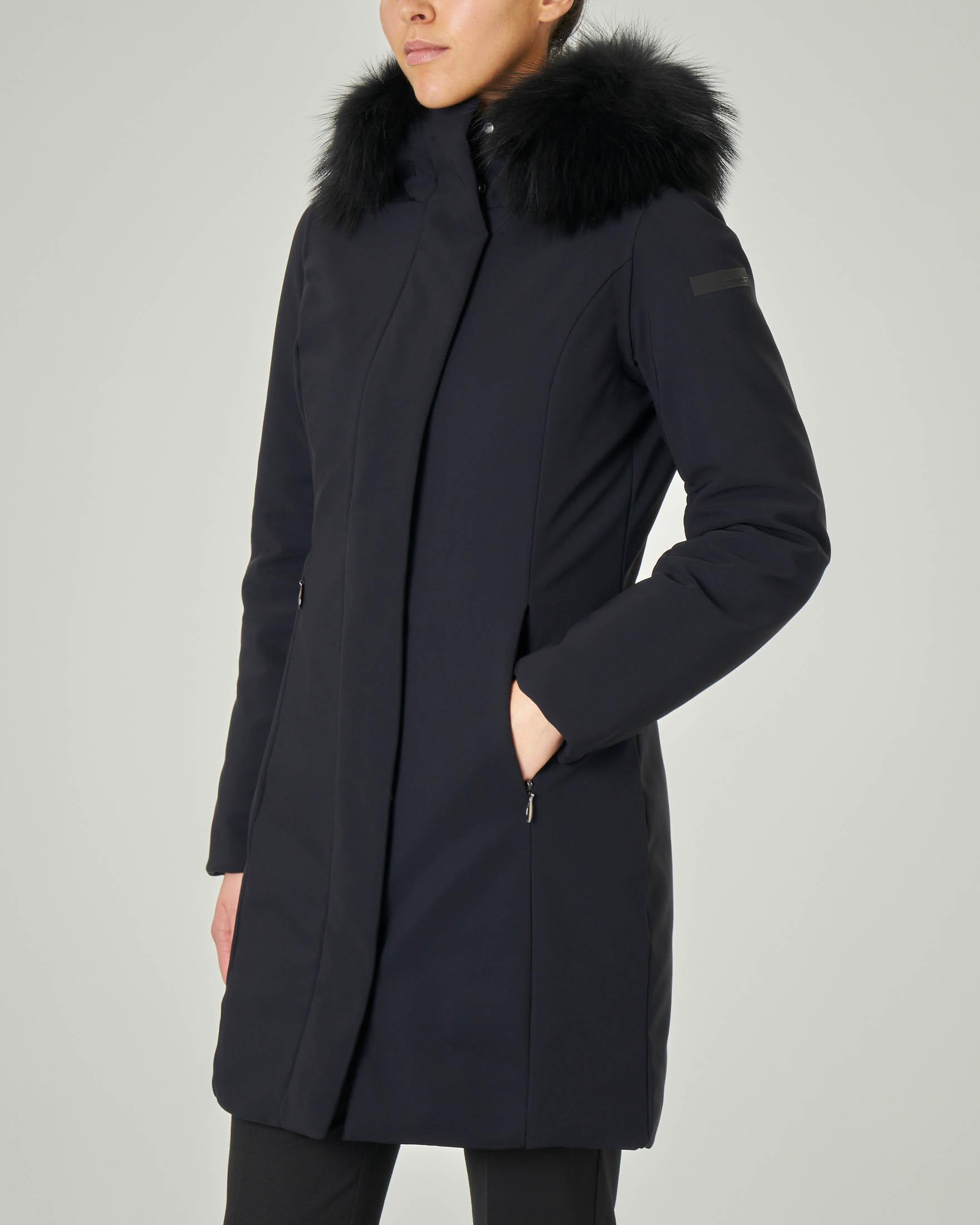 Cappotto nero imbottito con cappuccio con profilo staccabile in pelliccia