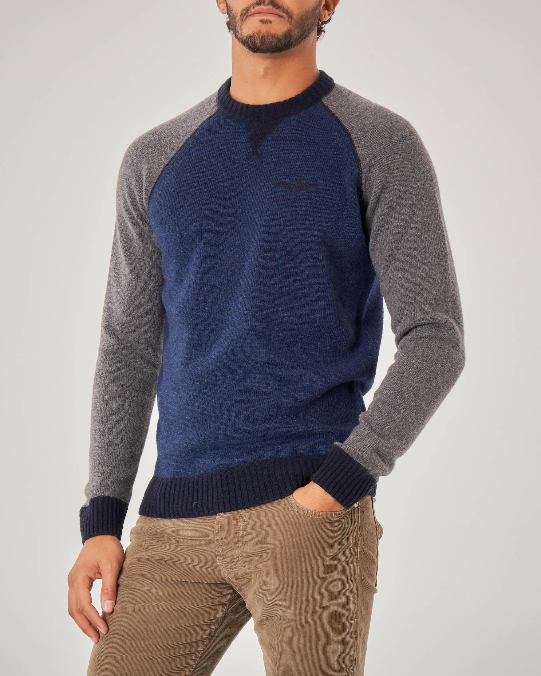 Maglia blu in lana con maniche raglan grigie