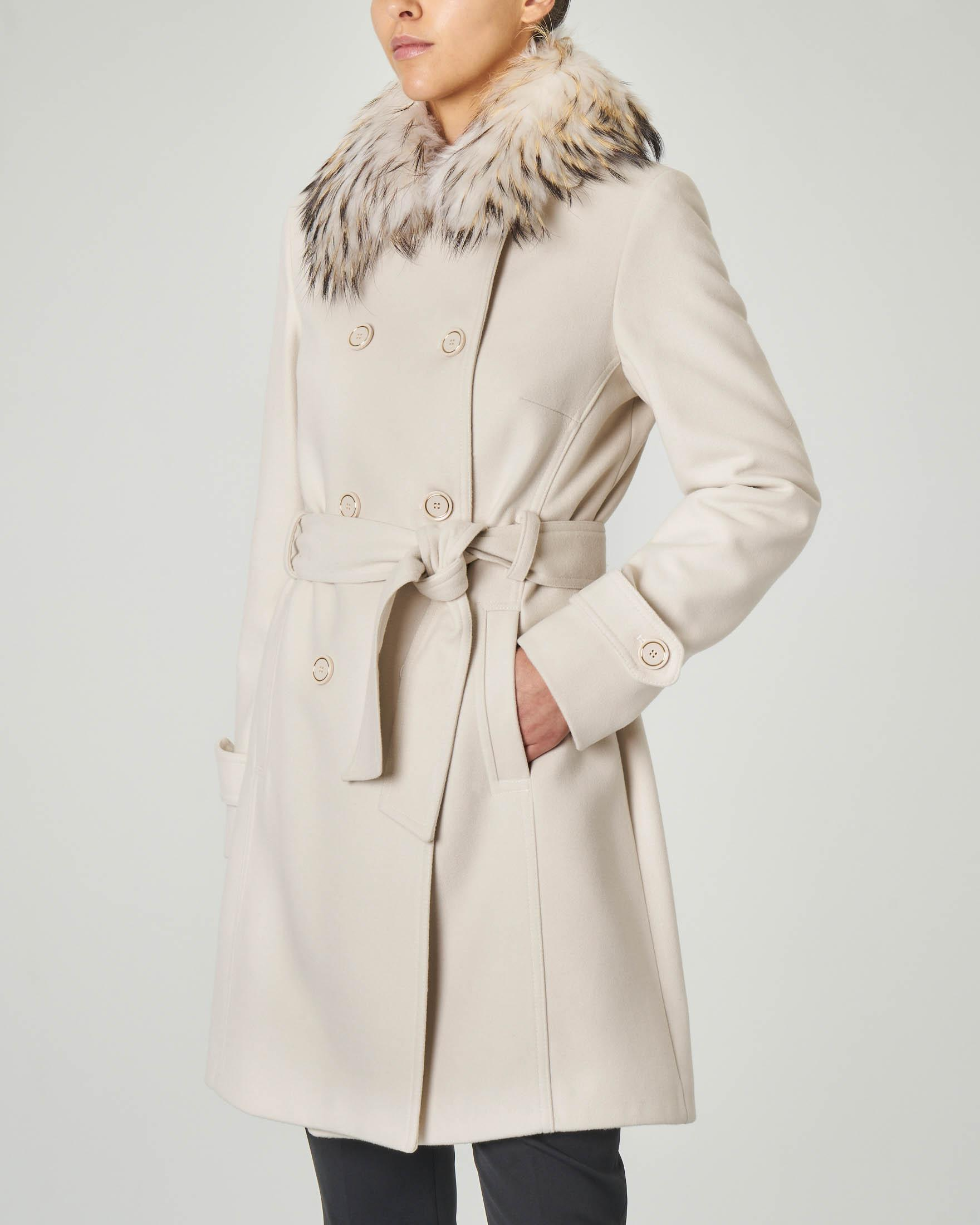 Cappotto color avorio a doppio petto con collo in pelliccia e cintura in vita