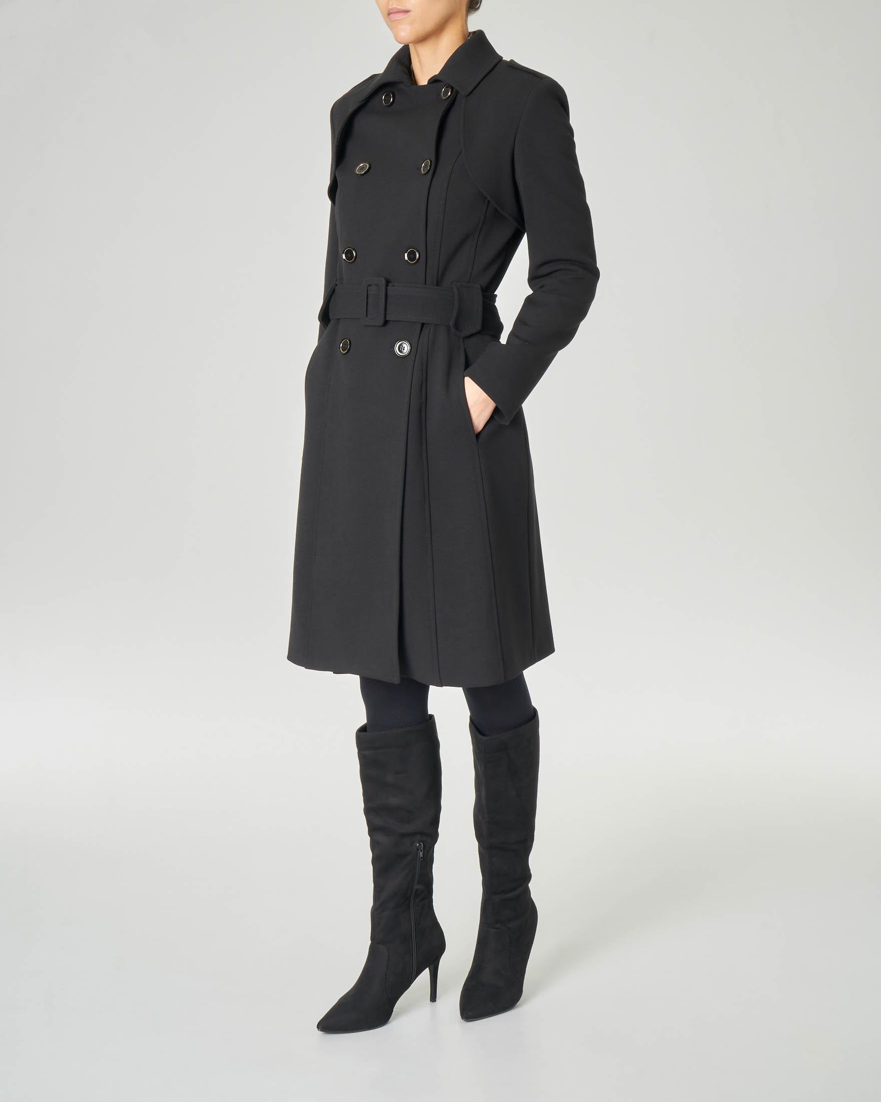 Cappotto nero doppiopetto con cintura in vita e falda sulla schiena