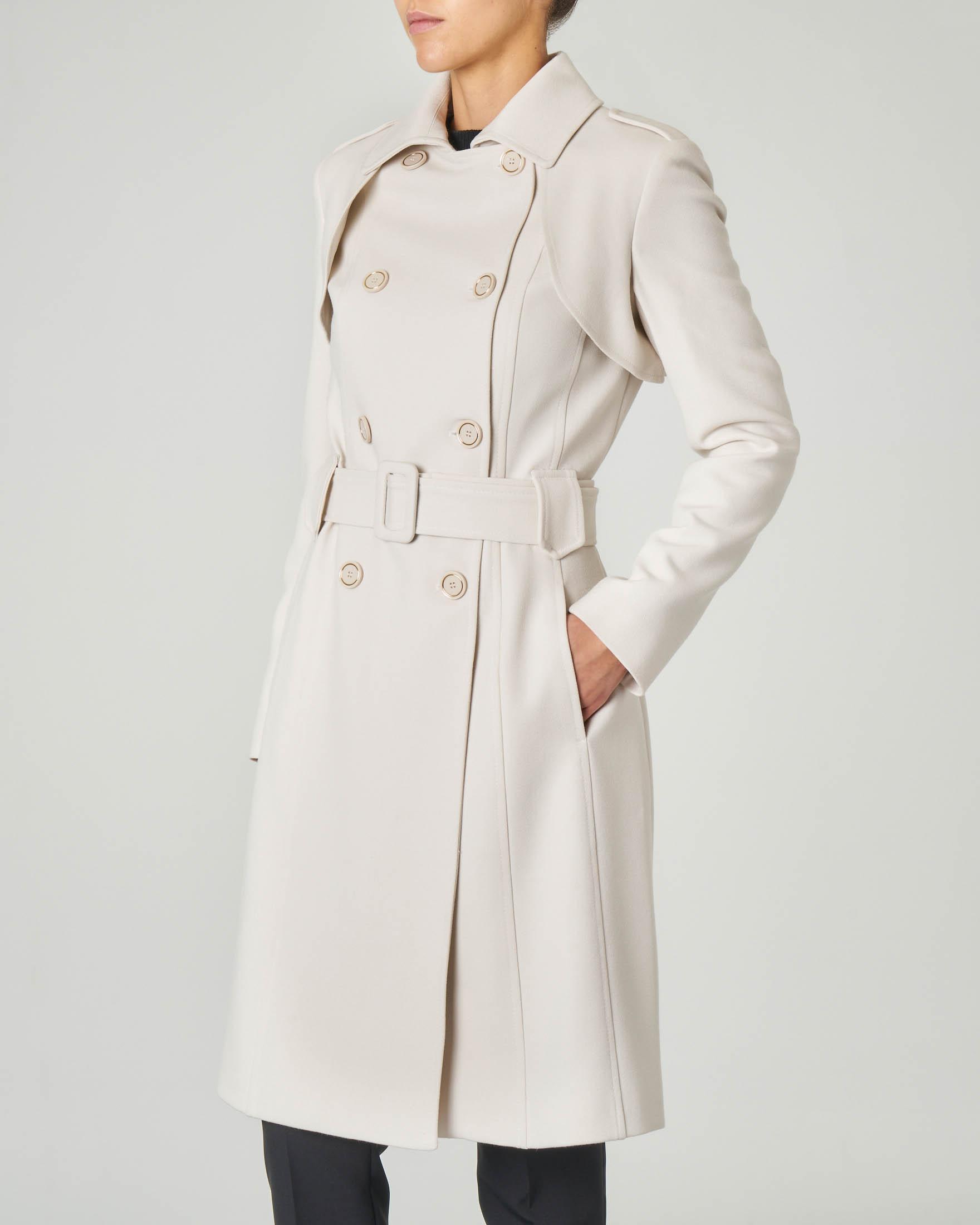 Cappotto color gesso doppiopetto con cintura in vita e falda sulla schiena