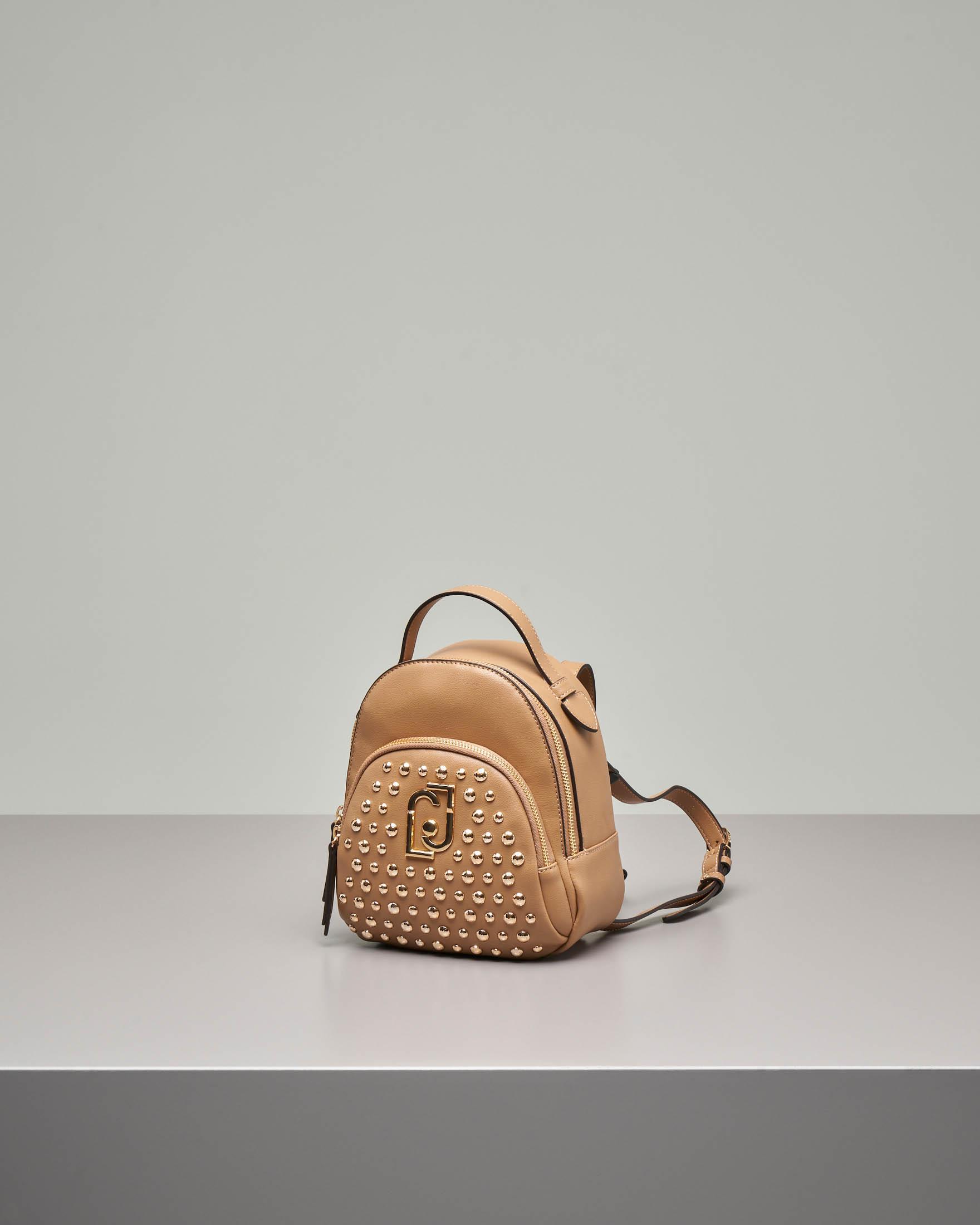 Zaino color cammello in ecopelle misura piccola con tasca con borchie tonde oro applicate