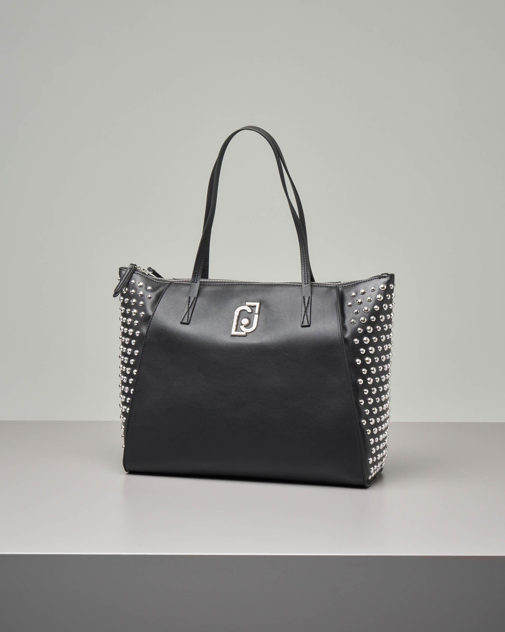 Shopping bag nera misura grande in ecopelle effetto liscio con borchie tonde argento applicate sui lati