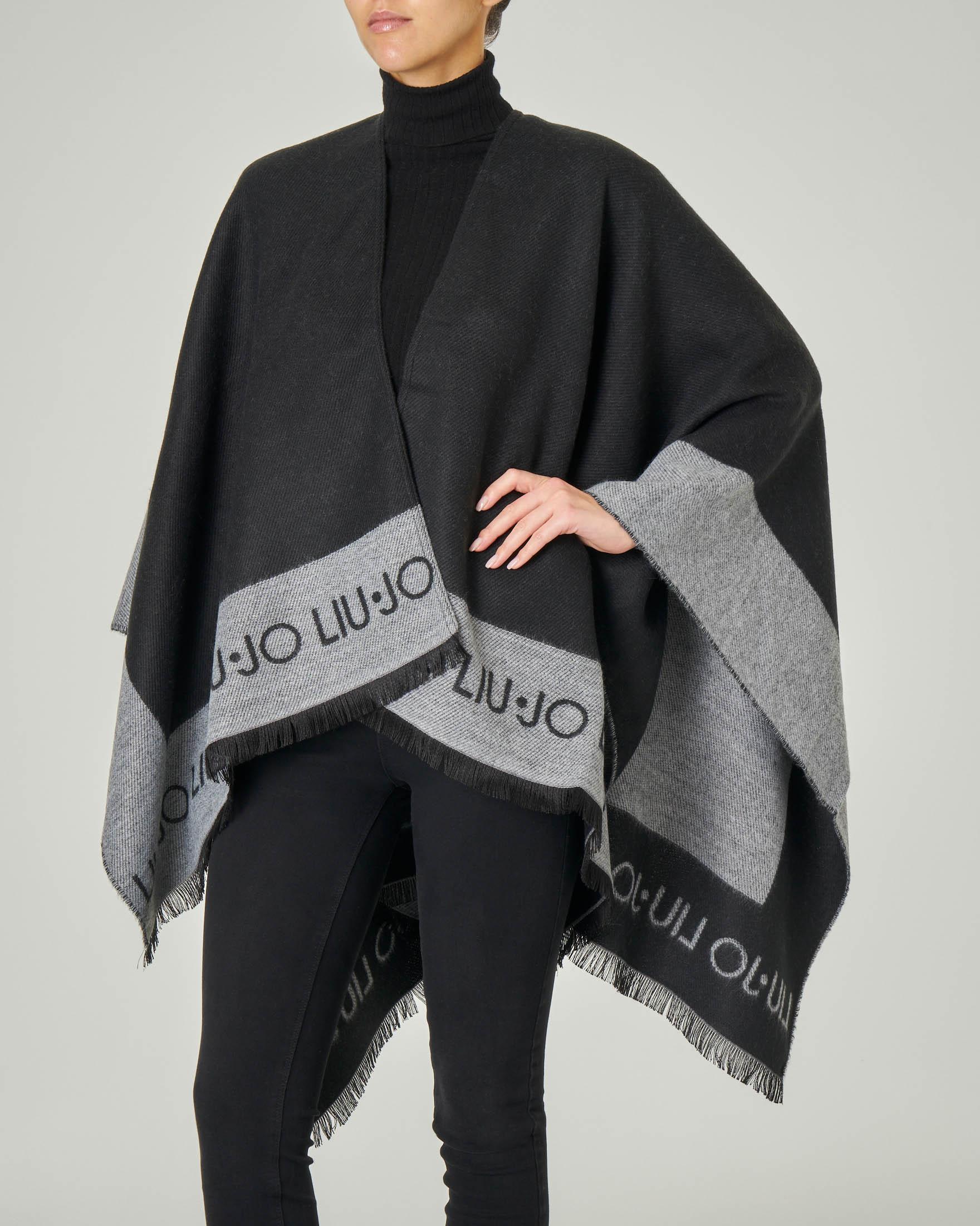 Poncho in maglia rasata nero con banda grigia e scritta logo a contrasto