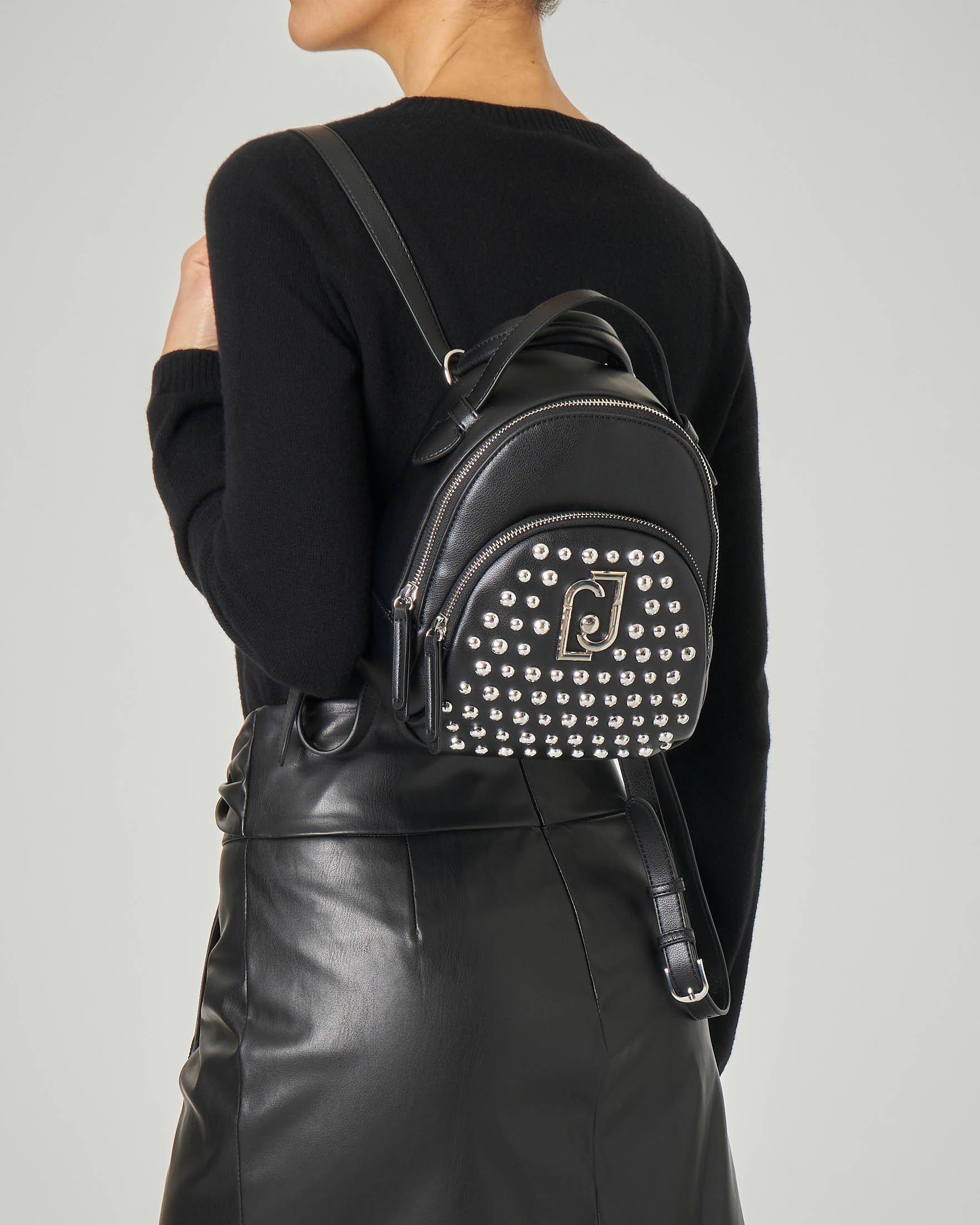 Zaino nero in ecopelle misura piccola con tasca con borchie tonde argento applicate